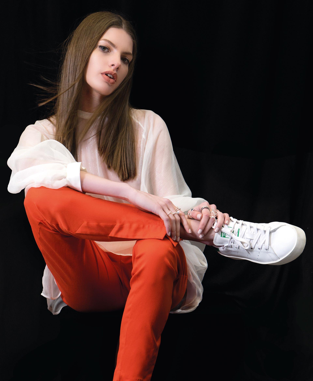 Blusa translúcida ($ 1.690, Trosman), pantalón naranja ($ 3.490, Allô Martínez) y zapatillas ($ 2.799, adidas). (Fotos: Juan Jauregui/ Para Ti)