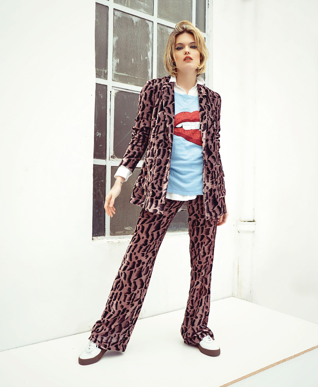 Blazer y pantalón ancho de velvet estampado ($ 3.500 y $ 2.400, Uma), camisa larga (Scombro), remera estampada (Kosiuko) y zapatillas de cuero ($ 2.799, adidas Originals). (Foto: Juan Jauregui/ Para Ti)