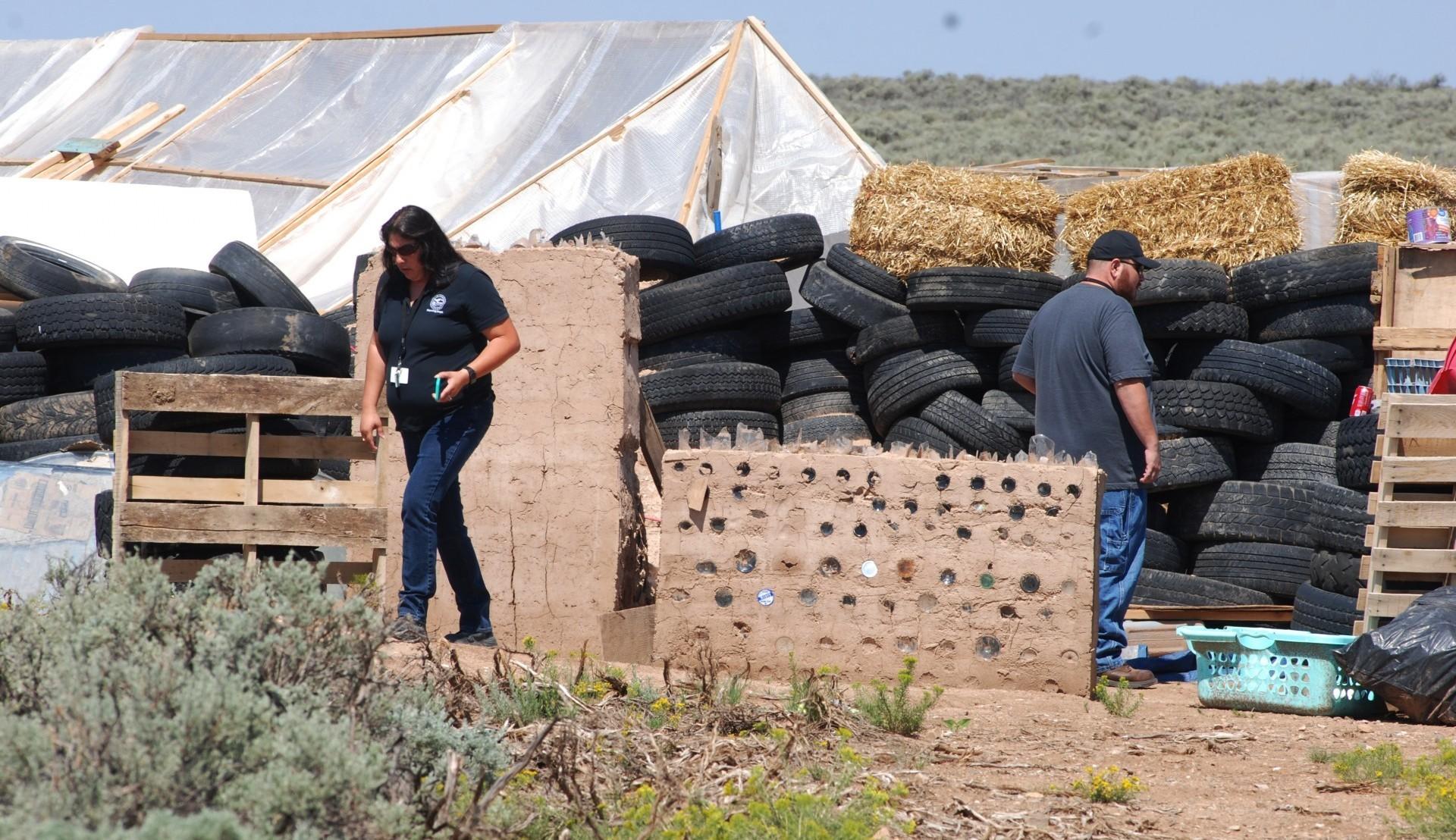 Oficiales revisan las condiciones del campamento en el 11 menores estuvieron secuestrados y se detuvo a cinco adultos (AP)