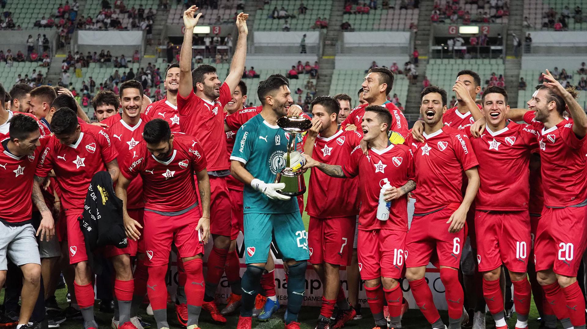 El capitán Martín Campaña con el nuevo título en sus manos (AFP)