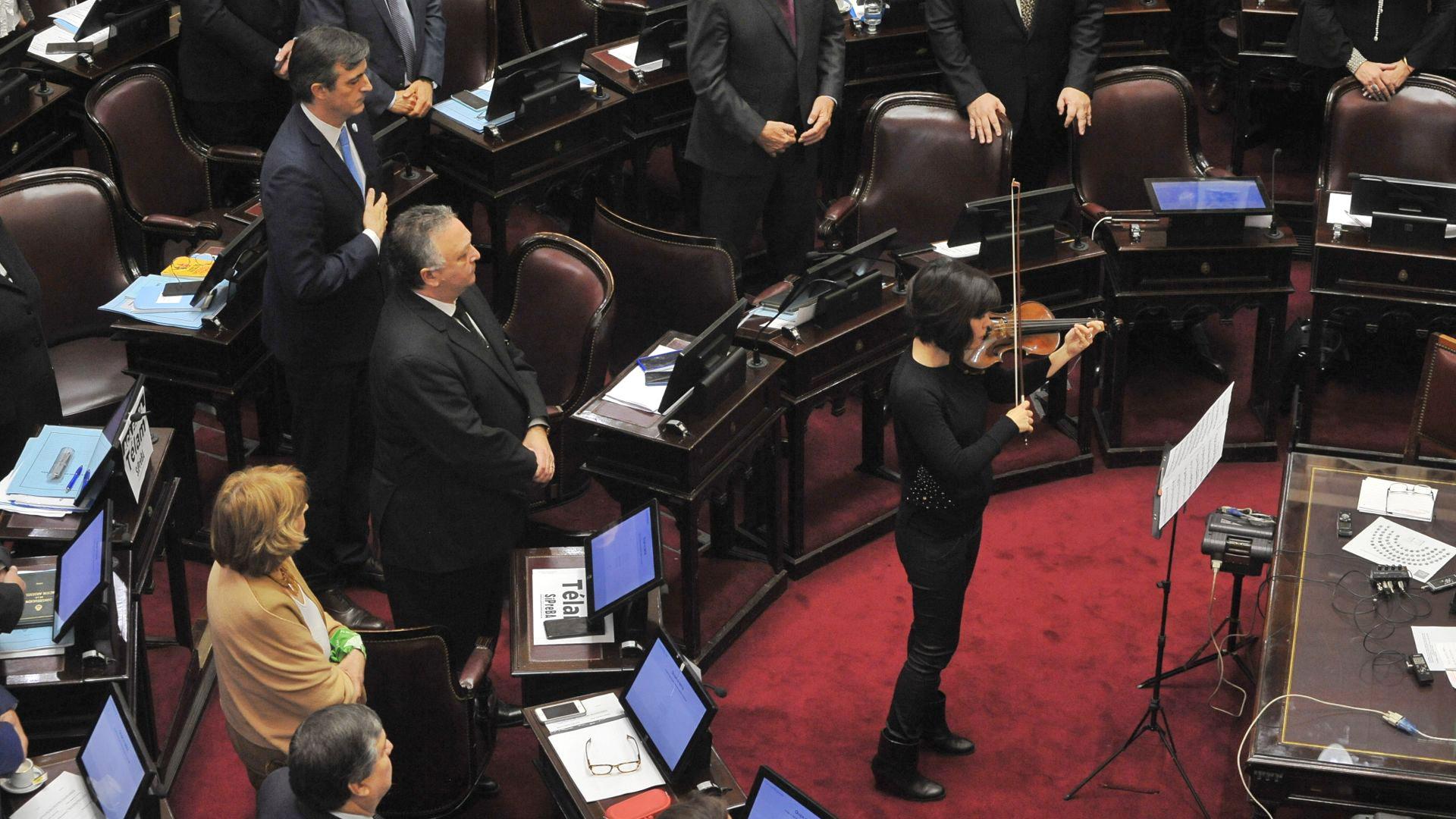 Una violinista tocó el himno nacional en el inicio de la sesión