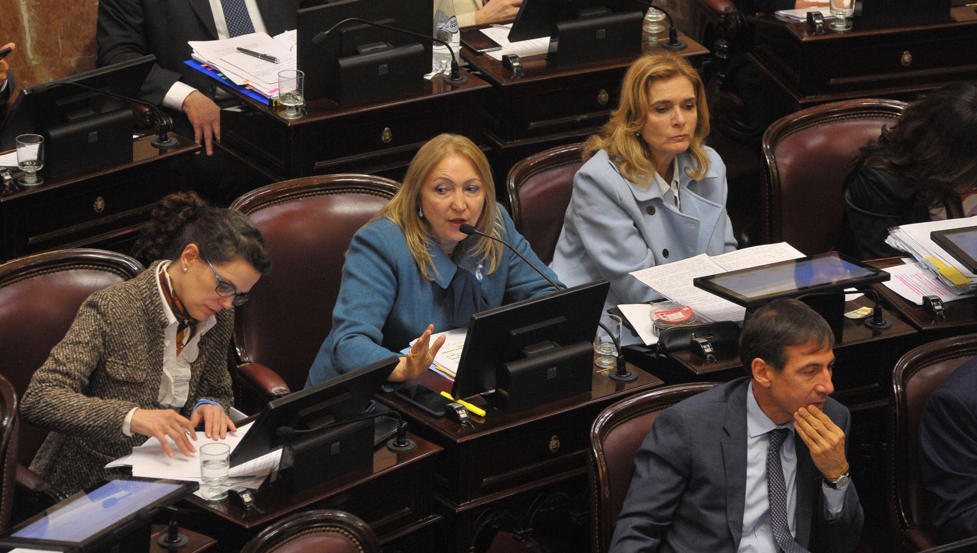 Senadores del oficialismo durante el debate en el recinto