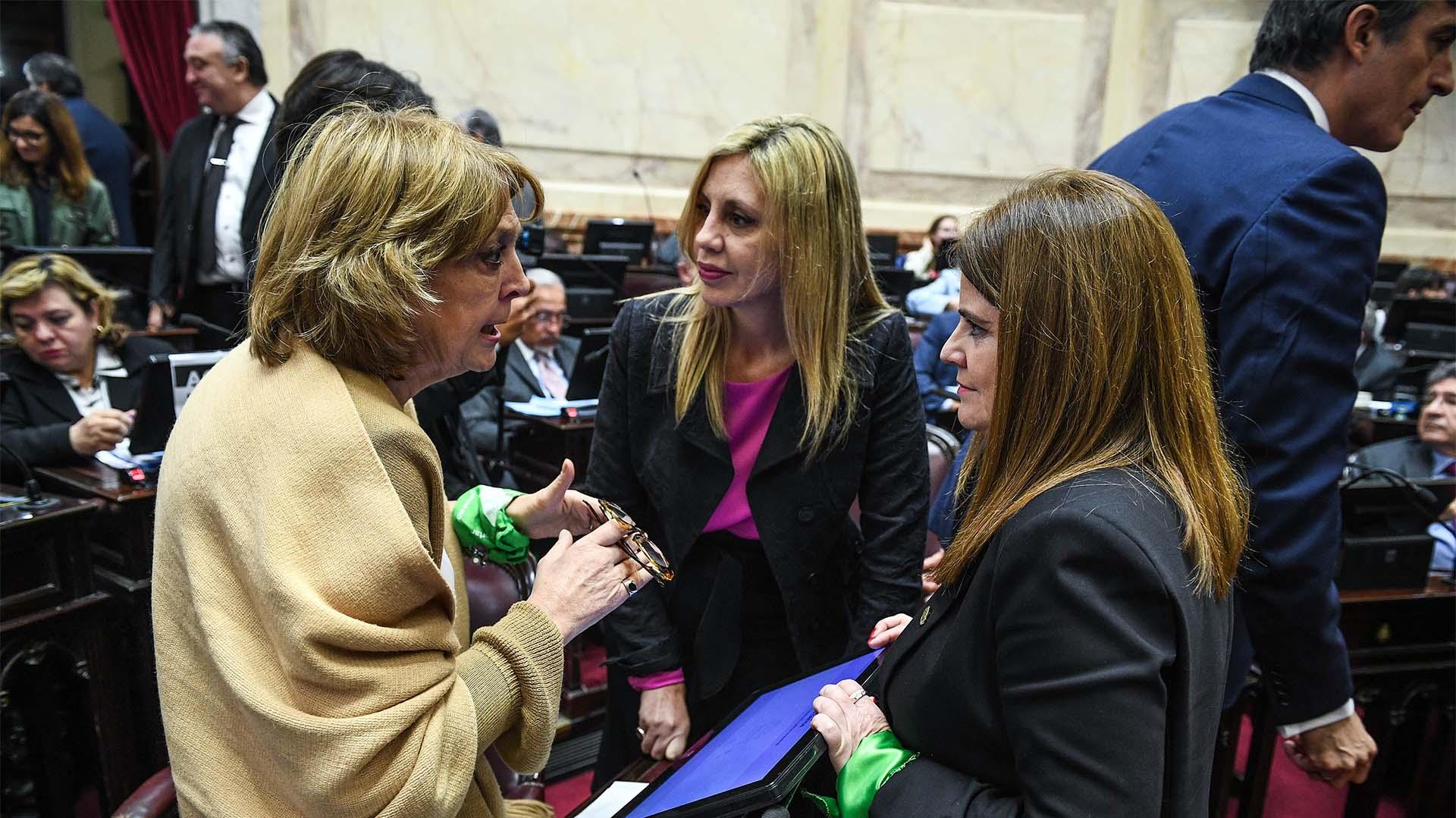Legisladoras a favor del aborto antes del inicio de la sesión