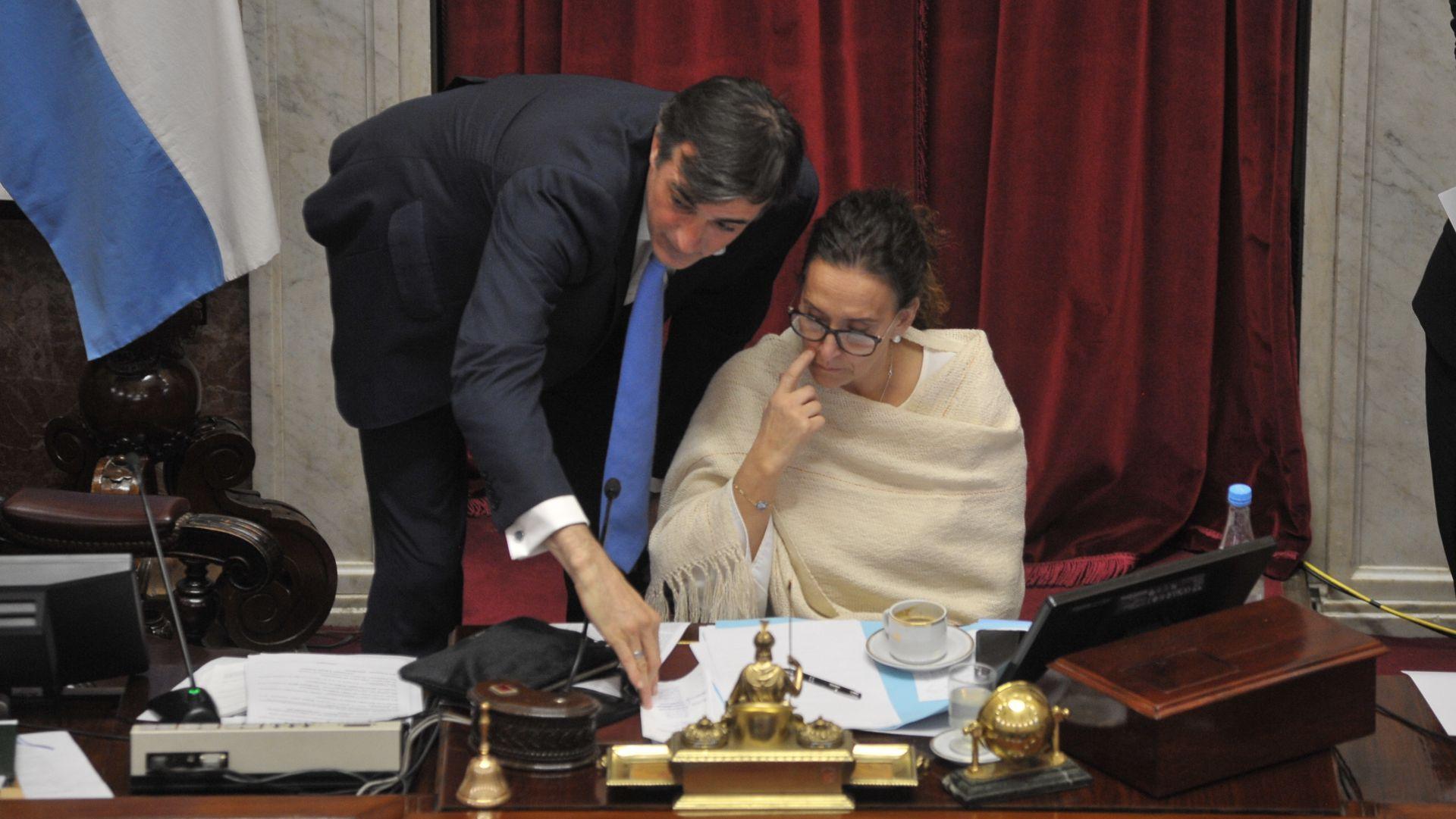 Esteban Bullrich junto a la presidenta del Senado, Gabriela Michetti
