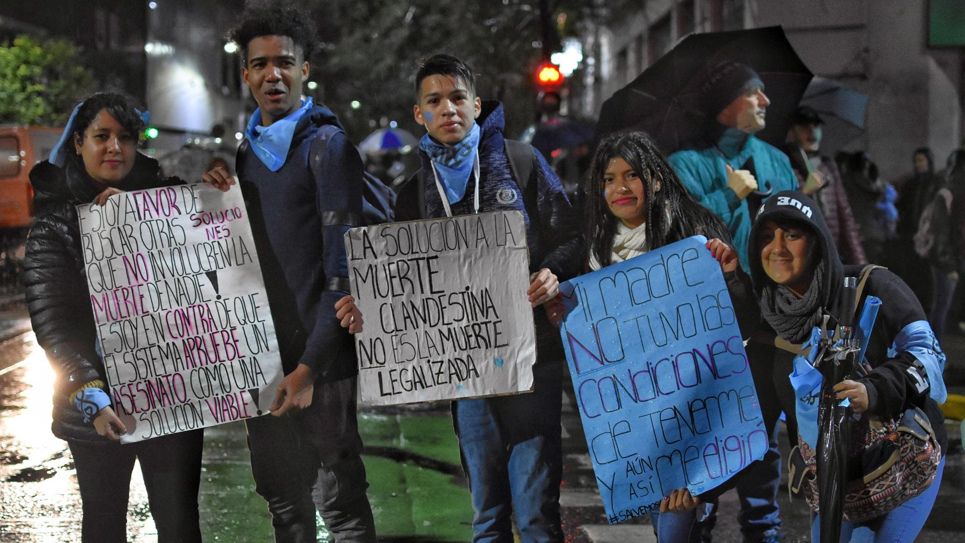 Muchas familias aguardan en las afueras del Senado el final de la votación