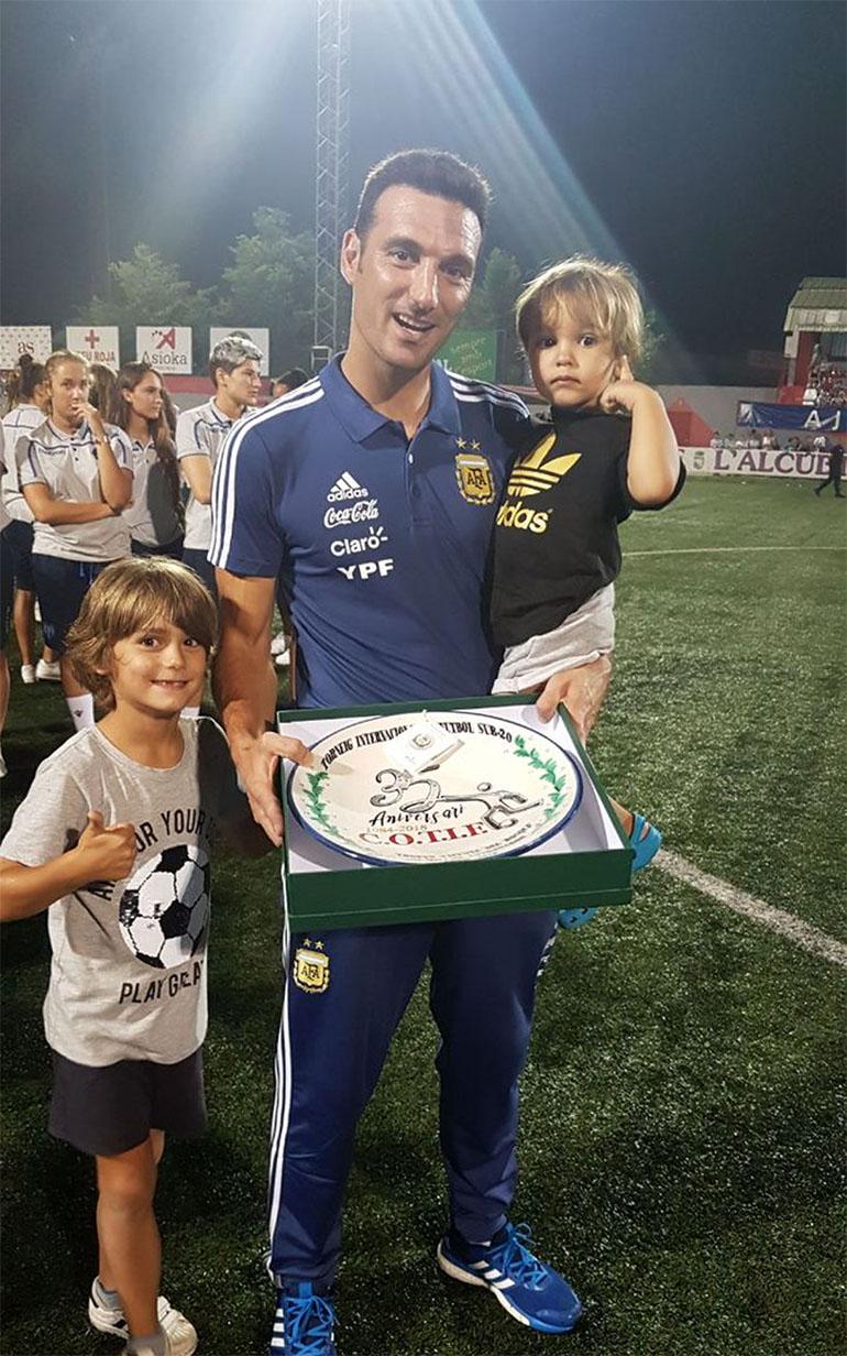 Scaloni saltó al campo con su familia a recibir el premio (Foto: @Argentina)