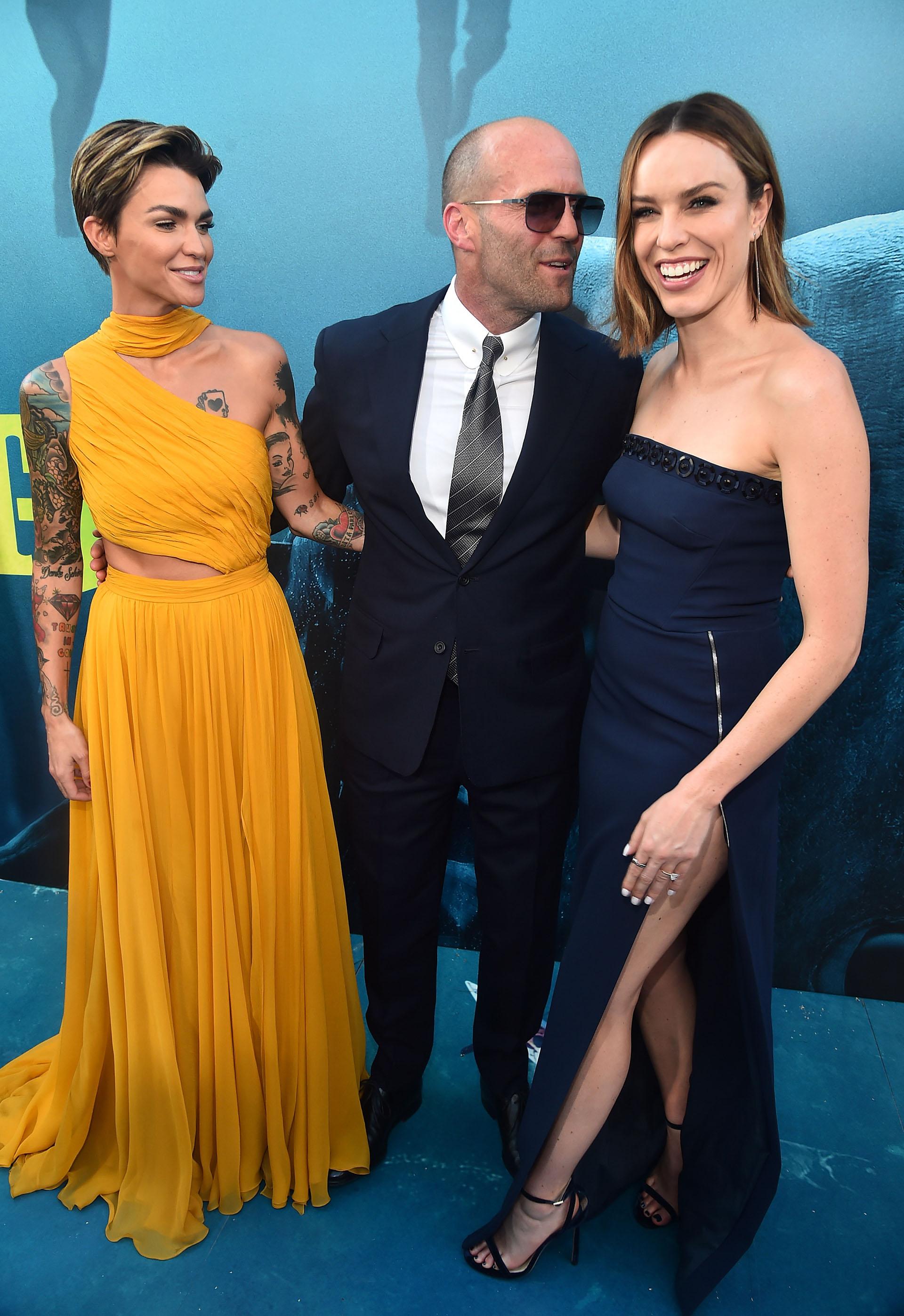Ruby Rose junto al gran protagonista masculino, Jason Statham, y Jessica McNamee posan para la prensa internacional en el estreno de la película, en la queun tiburón gigante -que se creía que estaba extinto desde hace millones de años- aterroriza a la platea