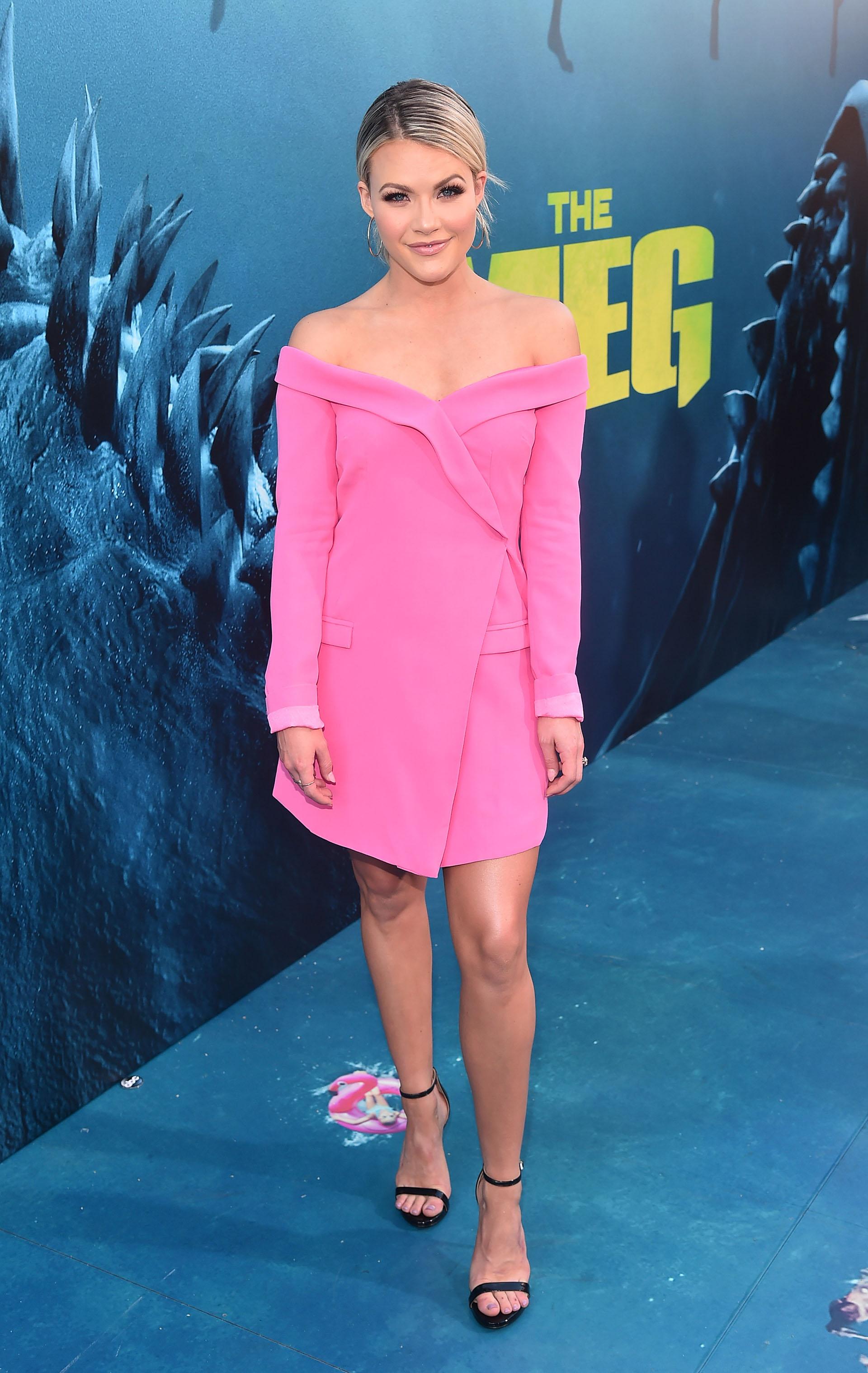 Whitney Carson eligió un vestido rosa chicle con solapa y hombros al descubierto
