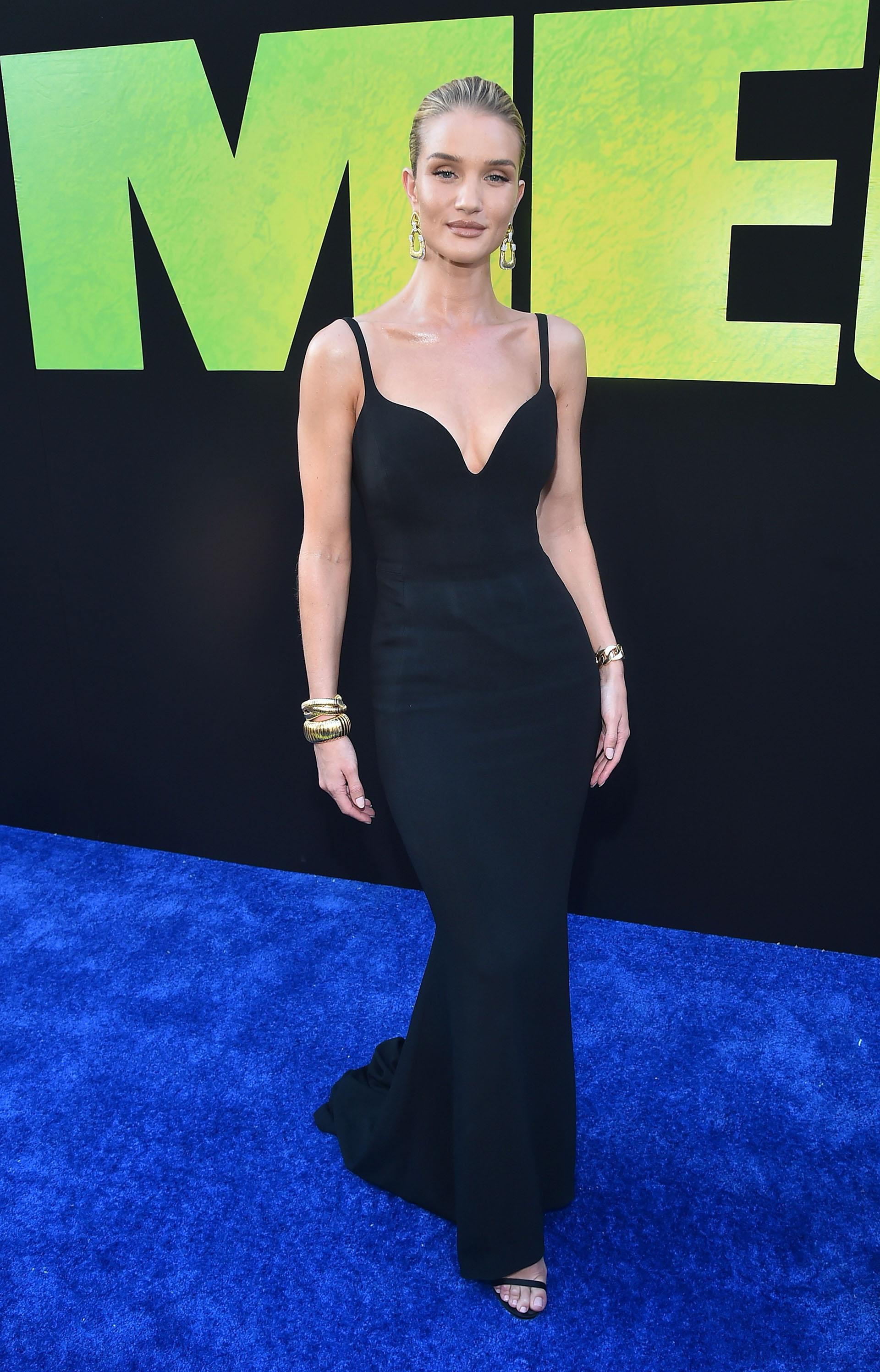 Rosie Huntington-Whiteley vistió un diseño negro con cola y amplio escote
