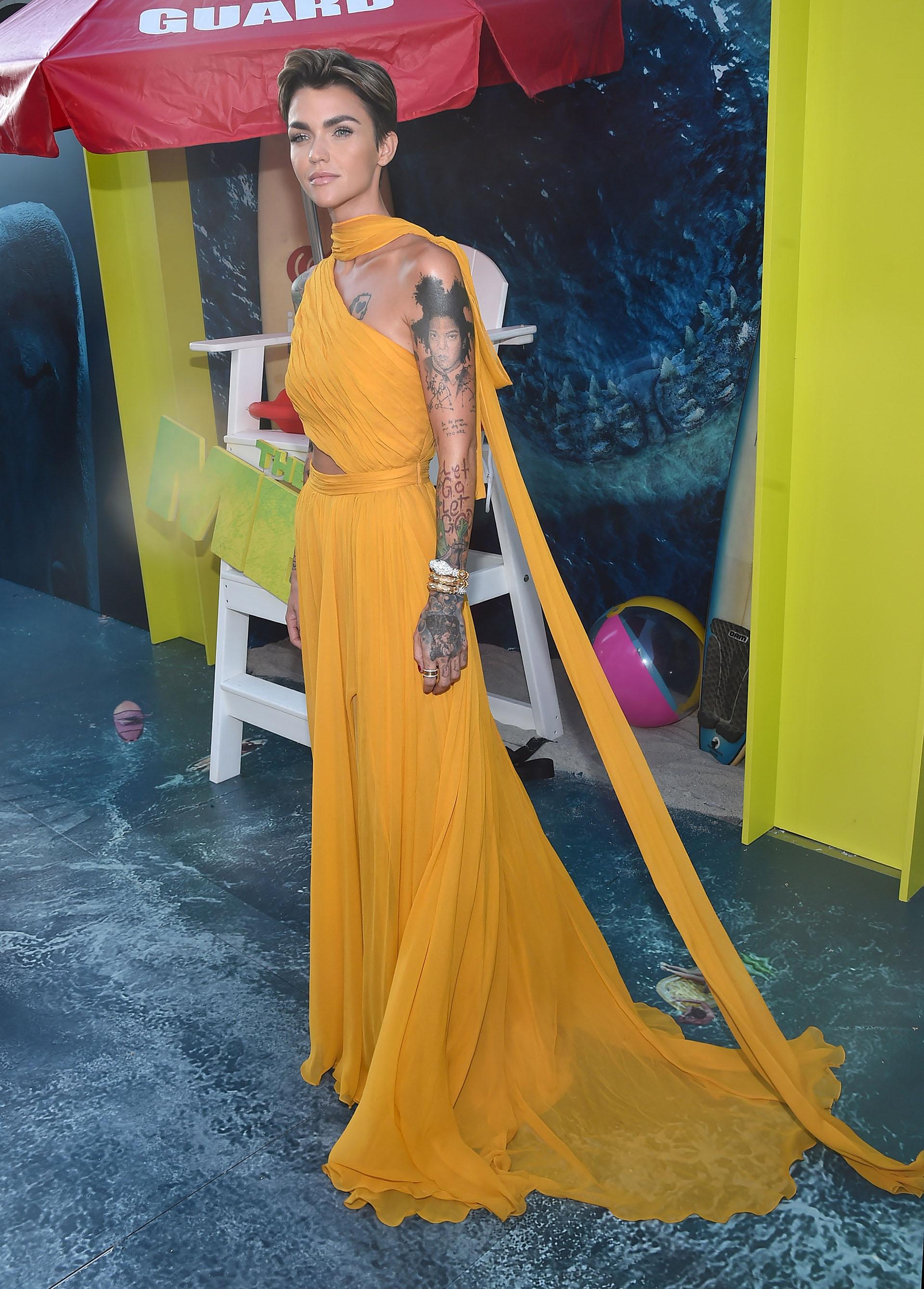 Ruby Rose vistió un fabuloso diseño de gala que permitía ver su estilizada figura y los tatuajes de su cuerpo