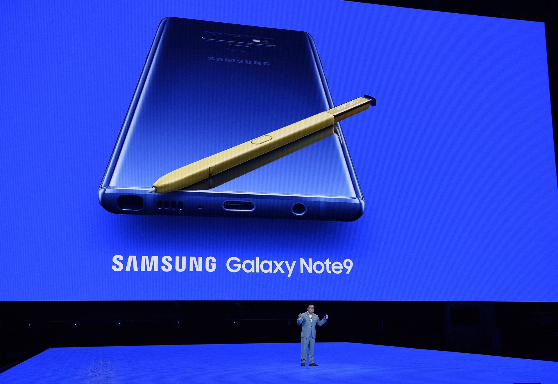 DJ Koh, president and CEO of Samsung Electronics, introduces the new Samsung Galaxy Note 9 smartphone at the Barclays Center on August 9, 2018 in the Brooklyn borough of New York City. / AFP PHOTO / TIMOTHY A. CLARY