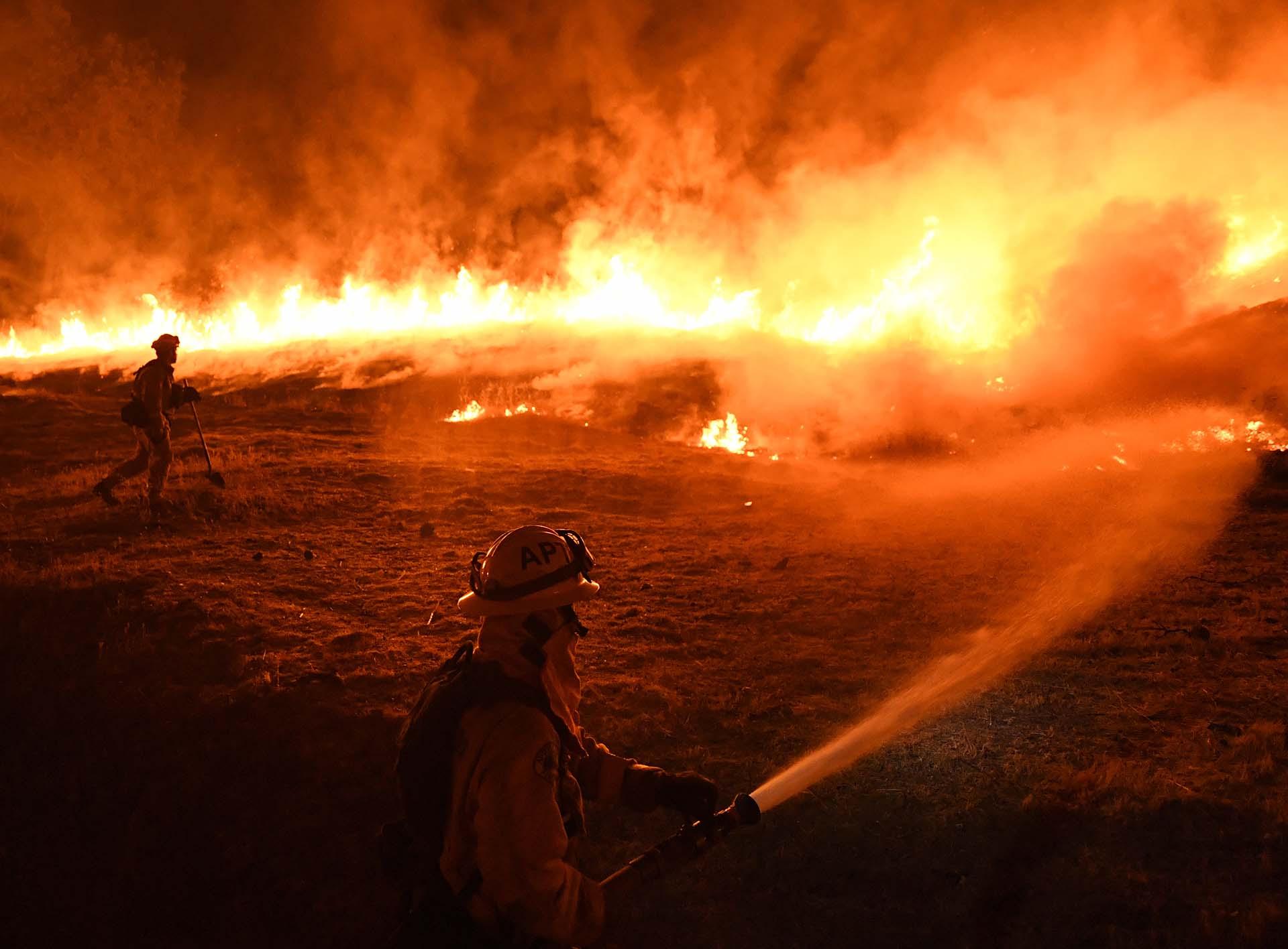 """Los bomberos lograron notables avances en las últimas horas en su lucha contra el incendio """"Mendocino Complex"""", que con más de 121.400 hectáreas arrasadas es el fuego más destructivo registrado en la historia de California (EEUU)"""