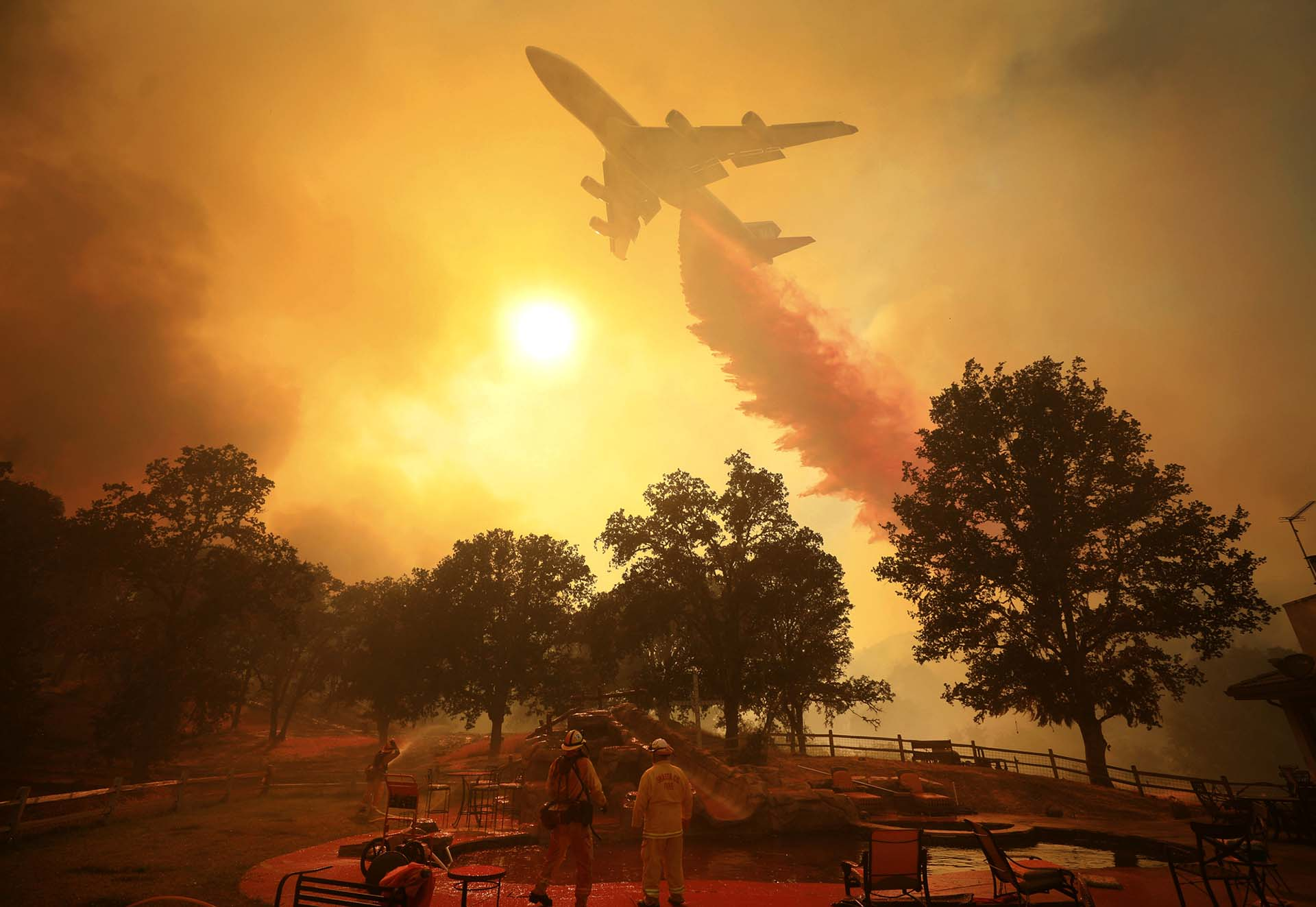 Unos 4.100 miembros de los bomberos y efectivos de los servicios de emergencia trabajan para sofocar unas llamas que han destruido 221 edificios