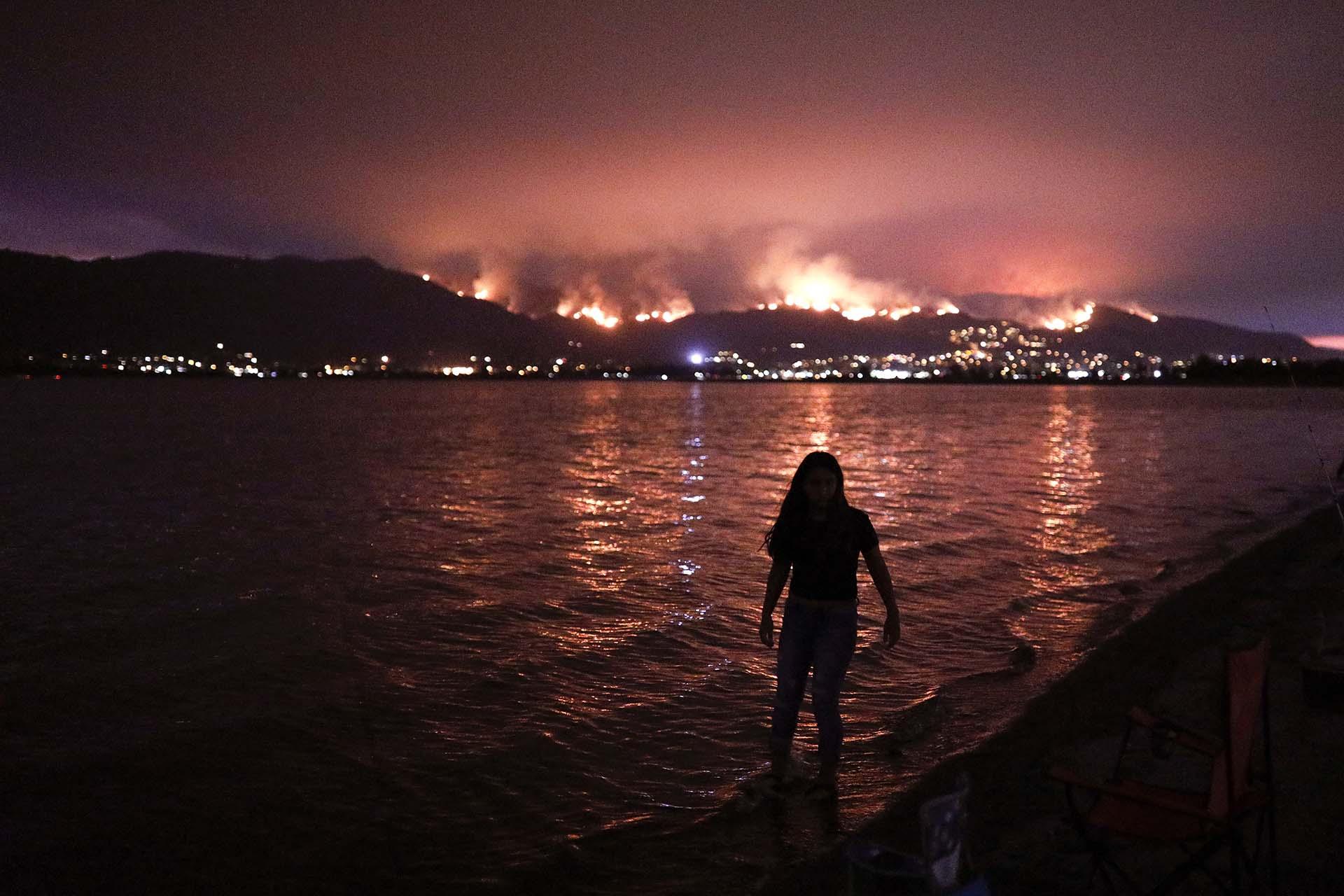 El Departamento Forestal y de Protección Contra Incendios de California (Cal Fire) precisó en su informe diario que este fuego ha sido controlado al 47%, un dato que refleja el avance de los servicios de emergencia contra un incendio que el martes estaba contenido en un 34%
