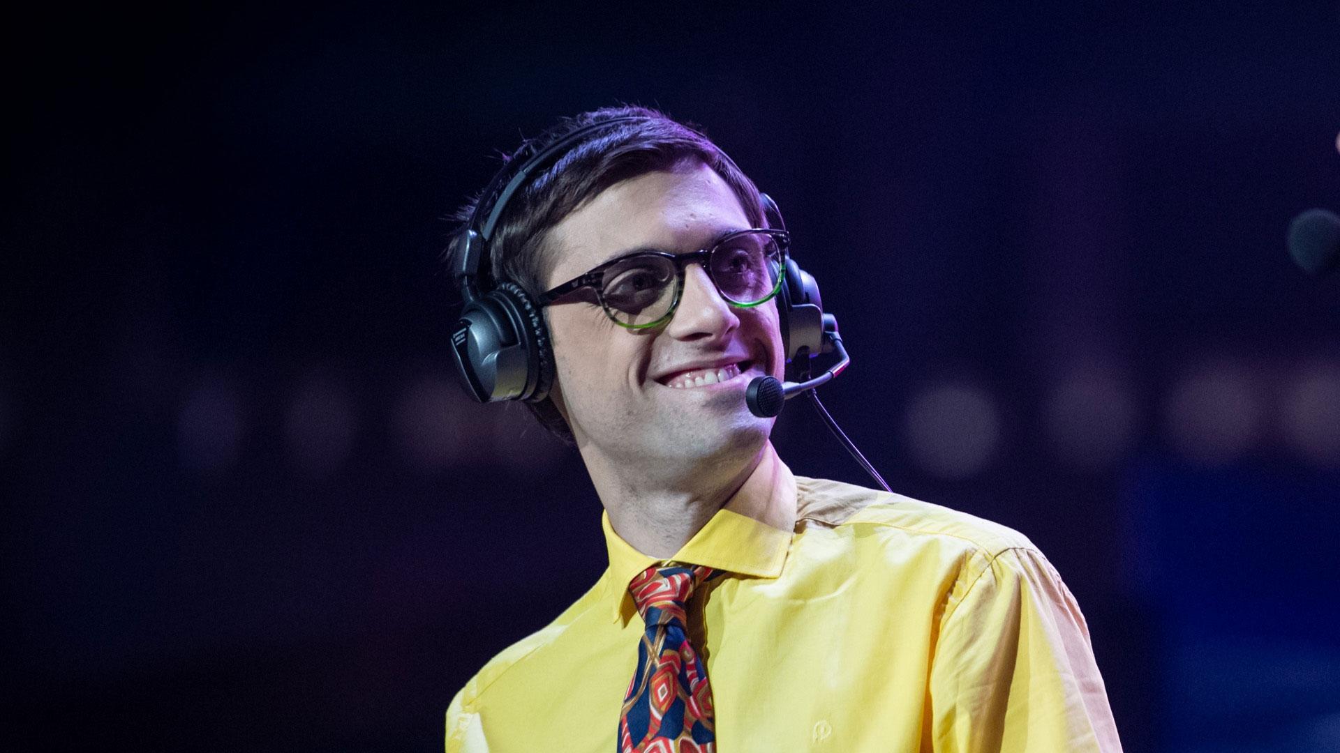 """Iasi Salomón, alias """"Oxaciano"""", trabajó como coach de LoL y ahora se desempeña como comentarista de videojuegos."""