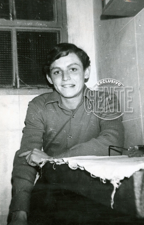 """""""Esto es una farsa, un circo romano"""", afirmó Robledo Puch nibien escuchó la sentencia que lo encerraba de por vida; hay quienes dicen que prometió salir para, algún día, """"matar a todos"""". Ocurrió el 27 de noviembre de 1980 (aunque estaba preso desde el 4 de febrero de 1972), en los Tribunales de San Isidro. Aquí, en su celda de la Unidad Carcelaria 9 de La Plata, donde estuvo aislado un largo tiempo."""