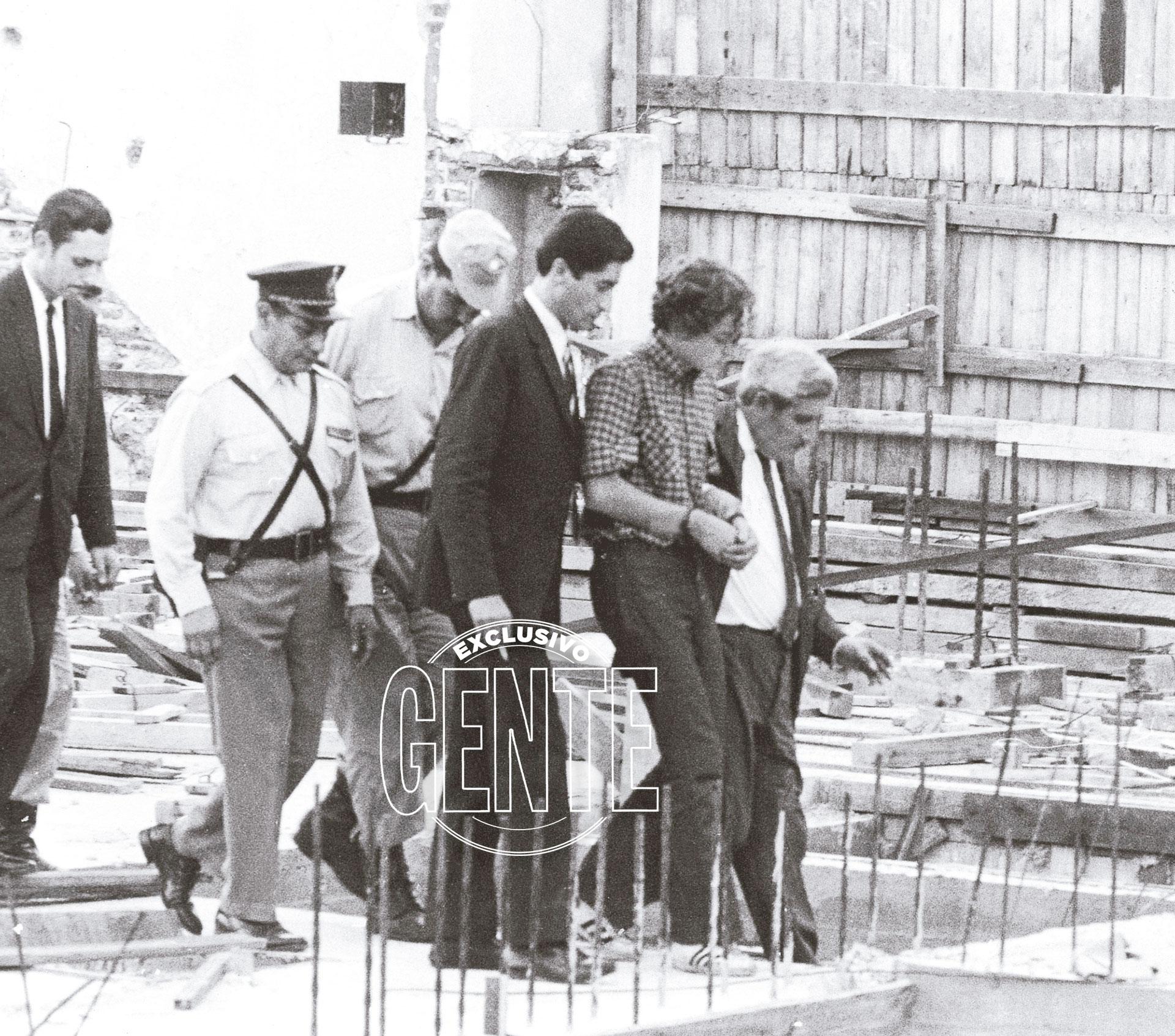 Con efectivos policiales y miembros de la Justicia, durante la reconstrucción de uno de sus homicidios.
