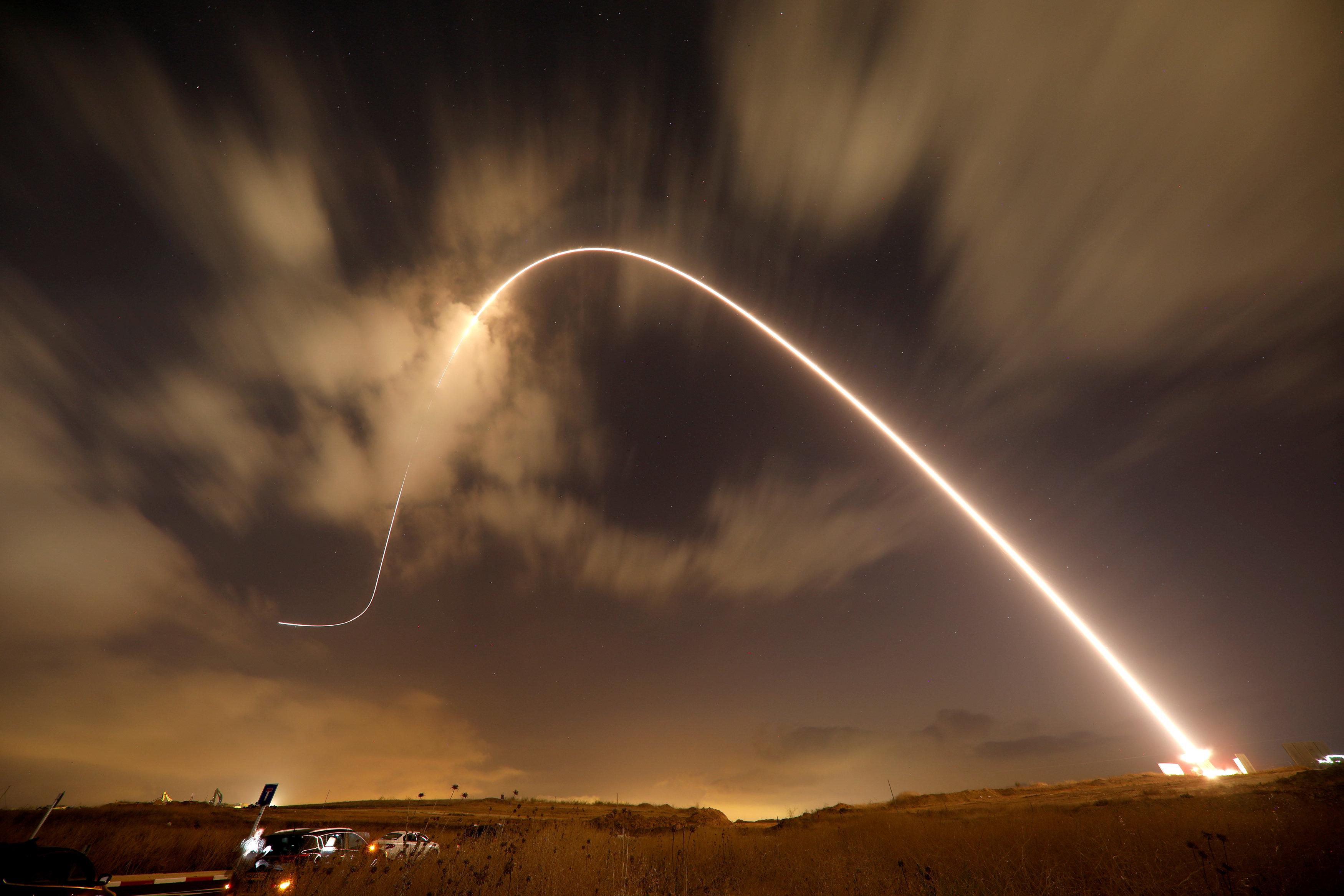 El sistema antimisiles israelí, conocido como Escudo de Acero, intercepta un misil lanzado desde Gaza sobre los cielos de Sderot (Reuters)