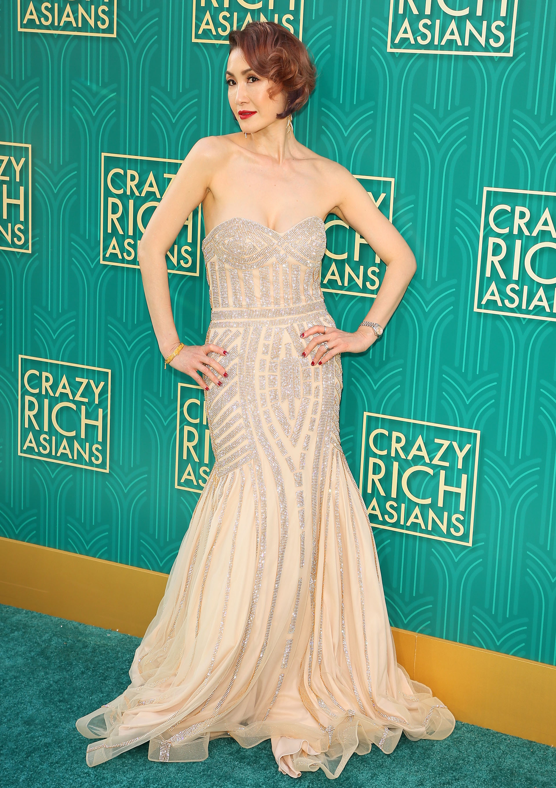 Glamorosa e impactante: la actriz Amy Cheng a su llegada a la premiere de Crazy Rich Asians en Hollywood, California