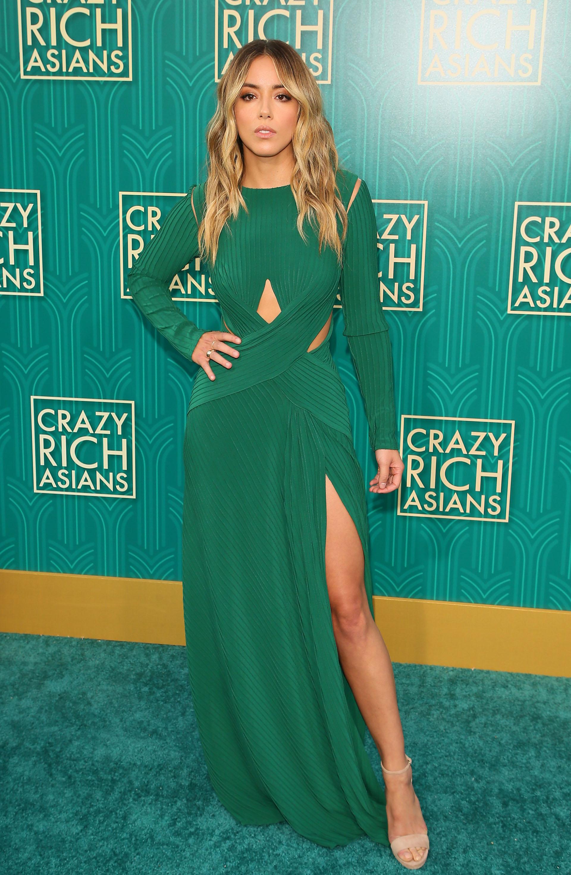 Chloe Bennet lució espléndida con este vestido verde con pequeñas aberturas y tajo que dejaba sus piernas al descubierto