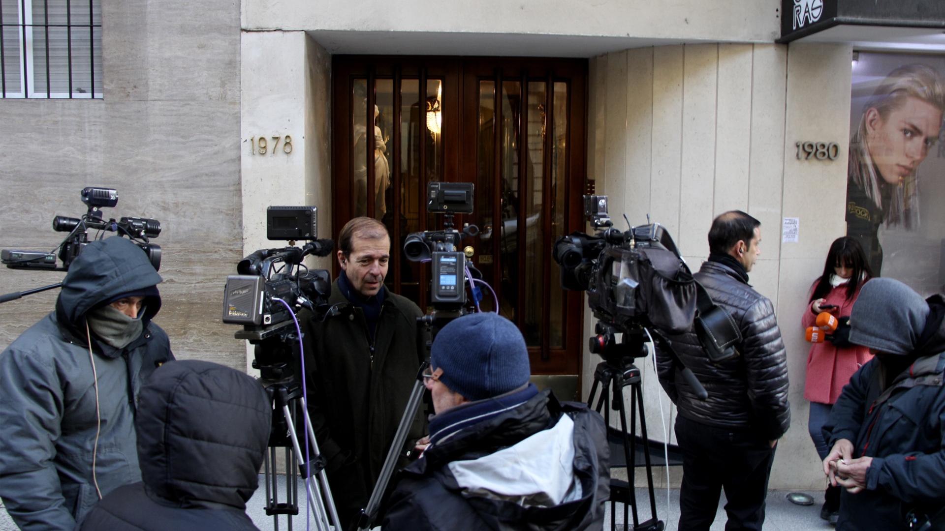 El edificio donde vive el ex juez Oyarbide amaneció hoy con una guarda periodística y con gendarmes en el interior del edificio