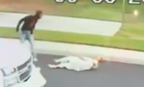 Momento en que aparentemente Tyrone Keith McAllister escupe al anciano sij Sahib Singh Natt, de 71 años, antes de dejarlo tendido en el suelo.