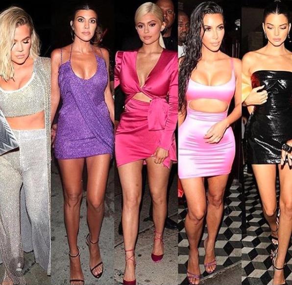 Las hermanas Kardashian lucieron looks coloridos y con brillos para el cumpleaños de Kylie Jenner (Instagram Kylie Jenner)