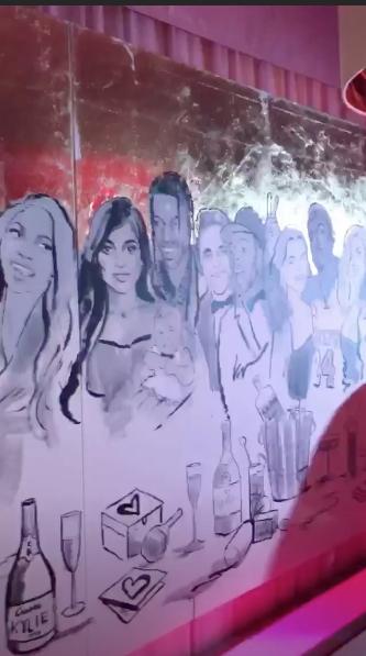 Mural de familia Kardashian decorando el espacio (Instagram Khloé Kardashian)