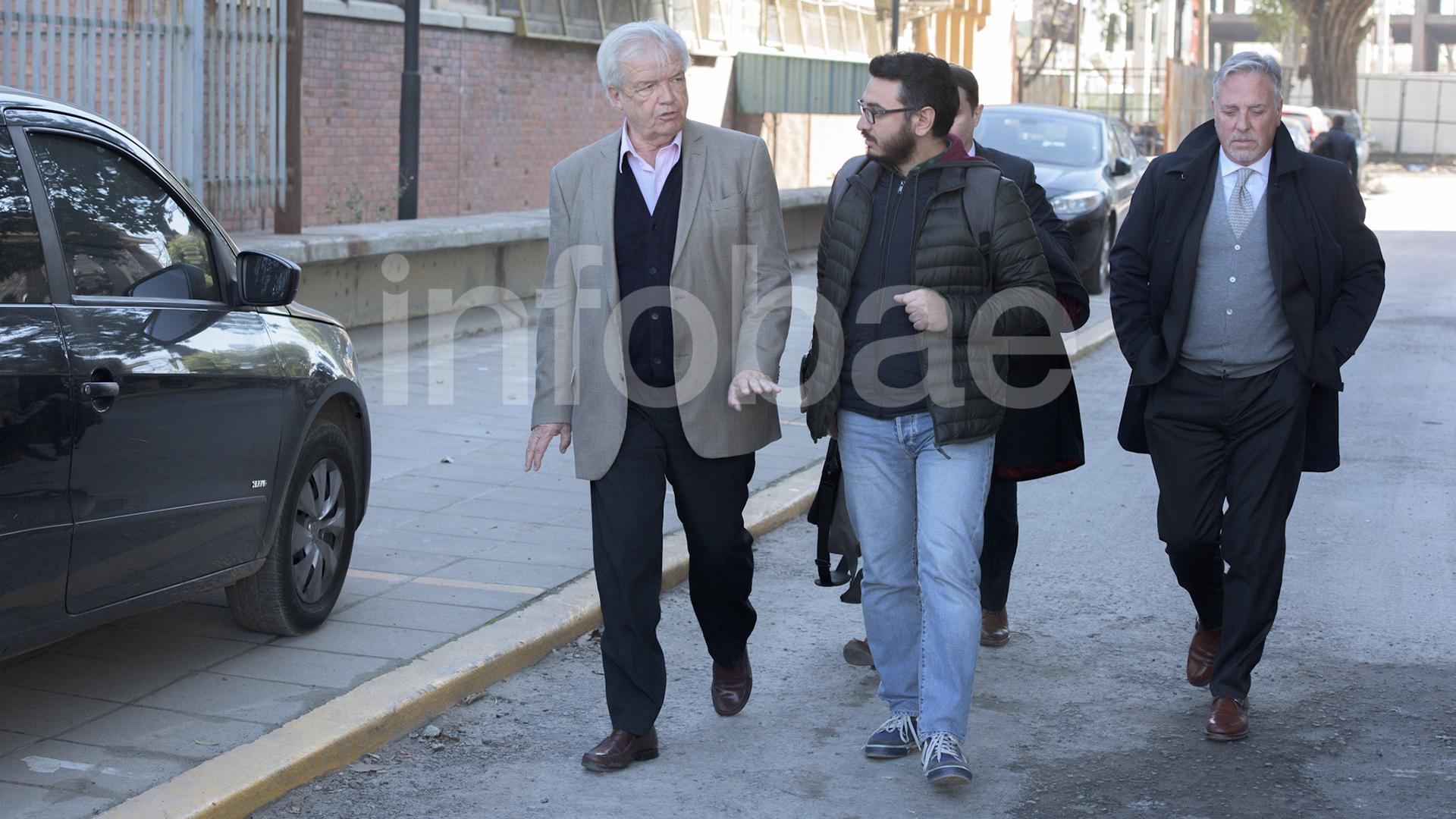 Luis Betnaza, junto con sus abogados, a la salida de Comodoro Py