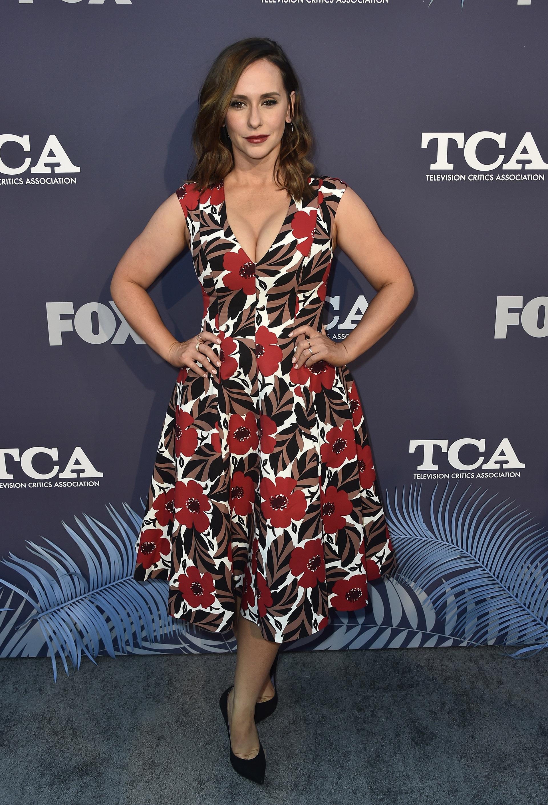 Jennifer Love Hewitt mostró su figura con este escotado vestido de estampado floral