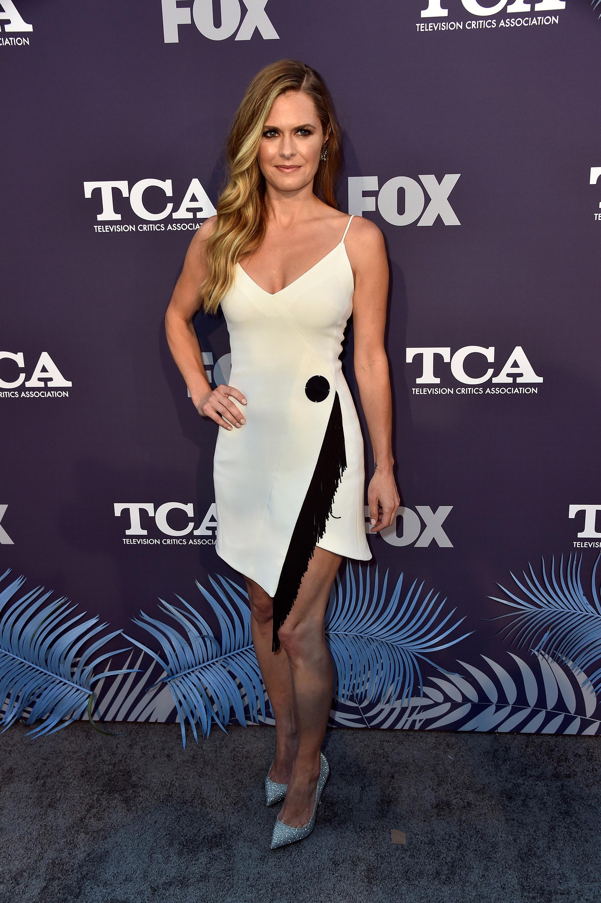 Maggie Lawson y un vestido cruzado con flecos combinado con unos fabulosos stilettos