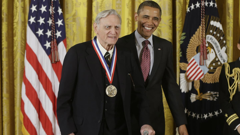 Goodenough recibió la Medalla Nacional de Ciencia de manos del presidente Barack Obama. (Charles Dharapak/AP)