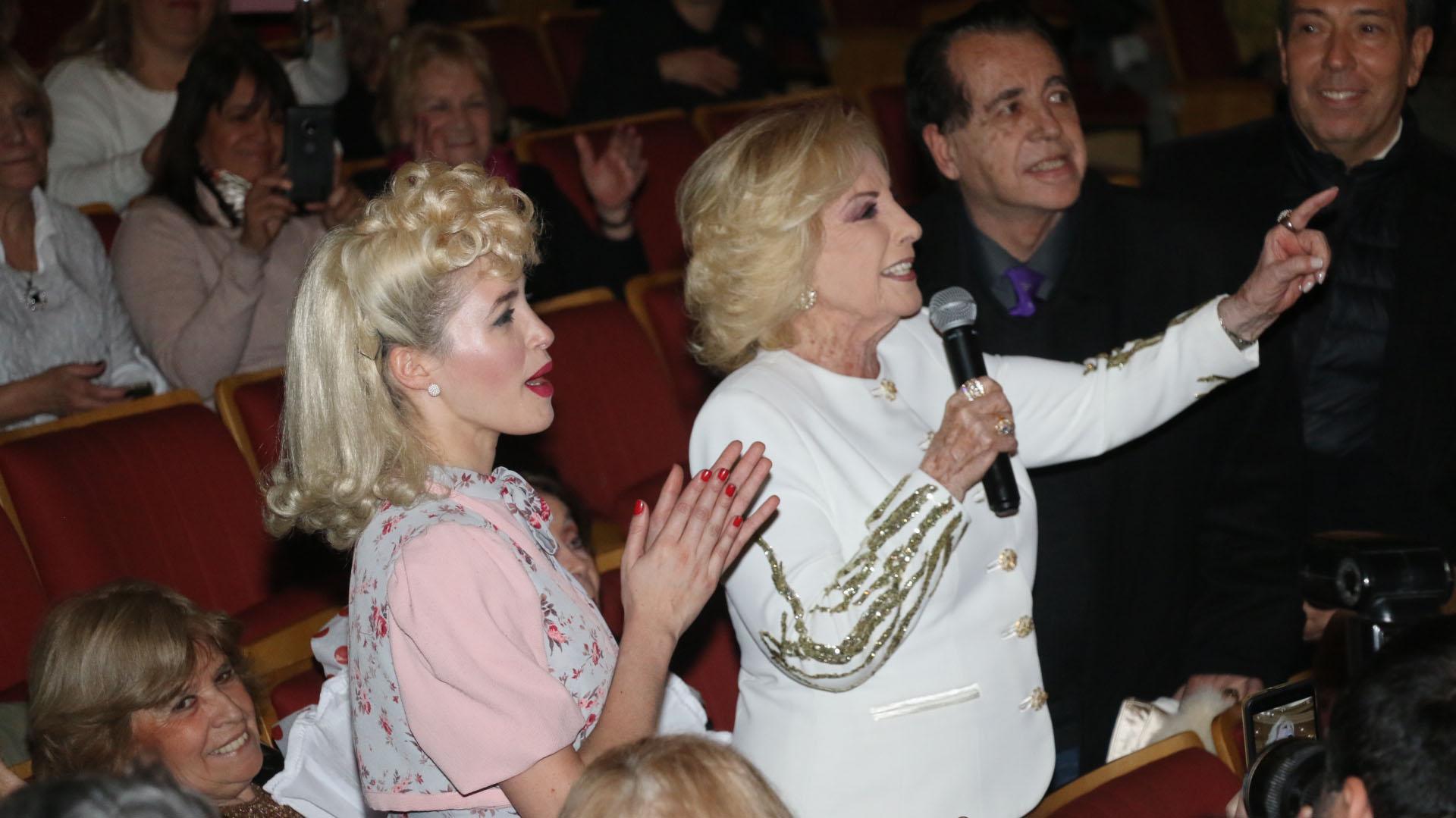 Cande Vetrano bajó del escenario para saludar a Chiquita, quien tomó el micrófono para destacar la obra, y a sus protagonistas