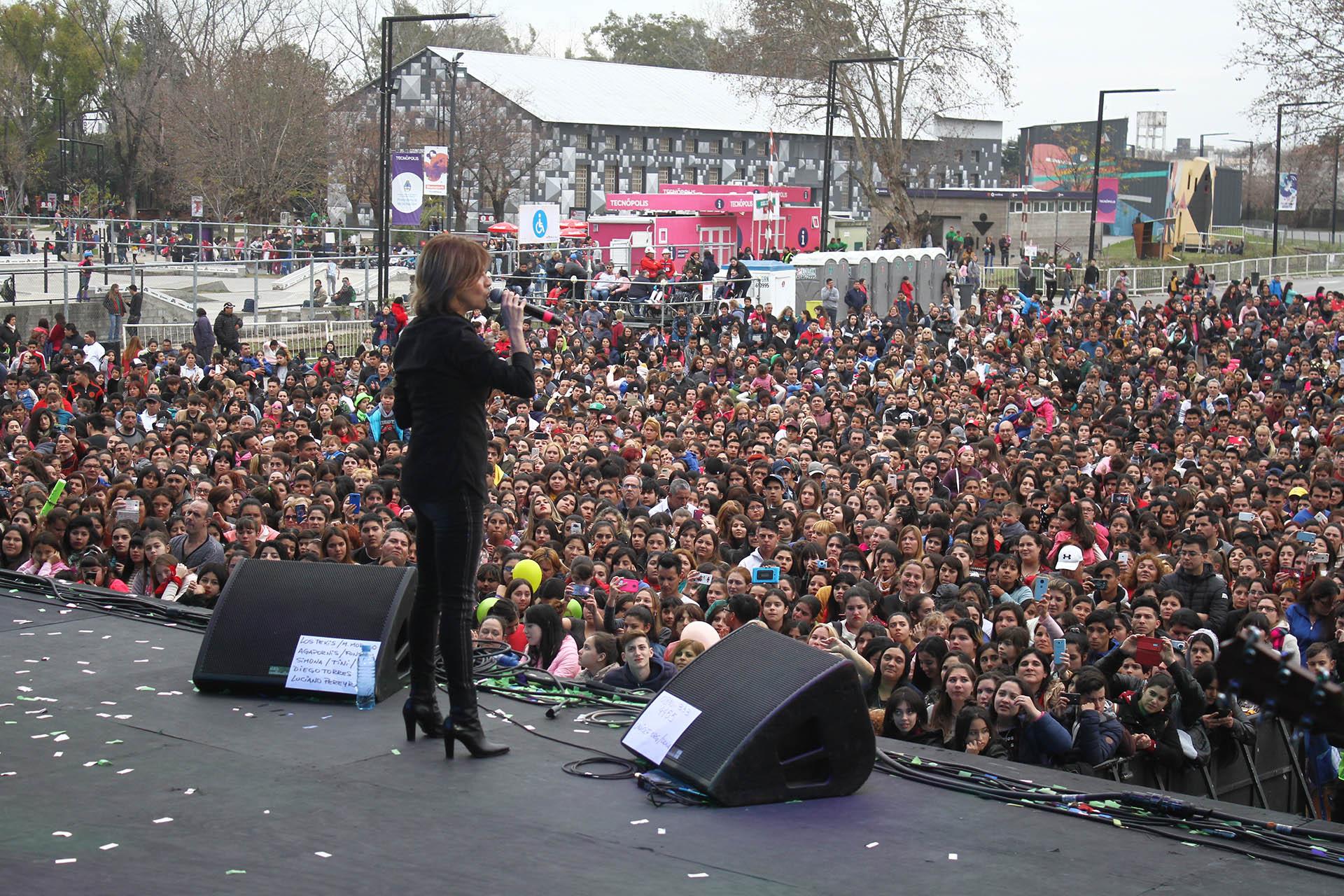 Una multitud siguió de cerca a la cantante