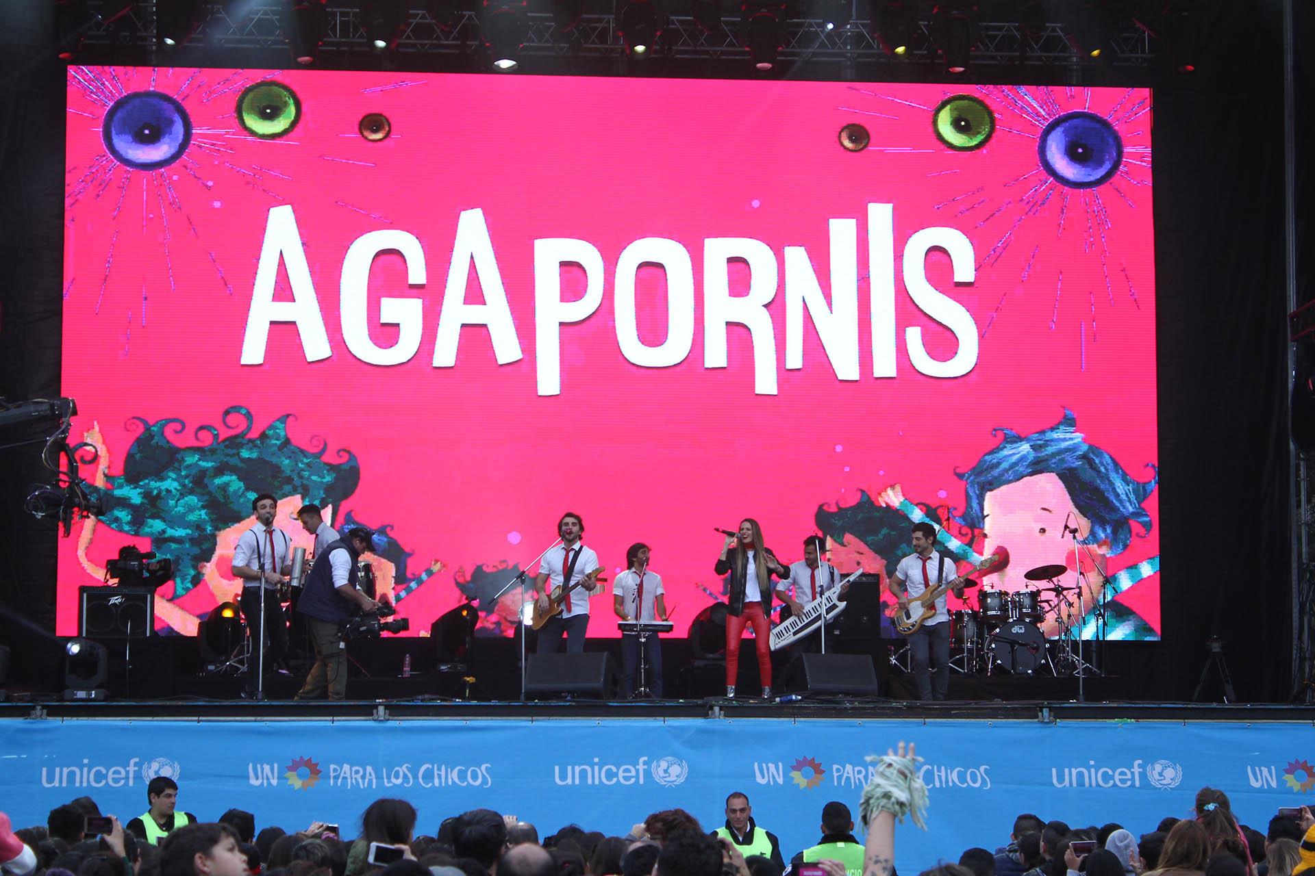 """El reconocido grupo, en el escenario de """"Un sol para los chicos"""""""