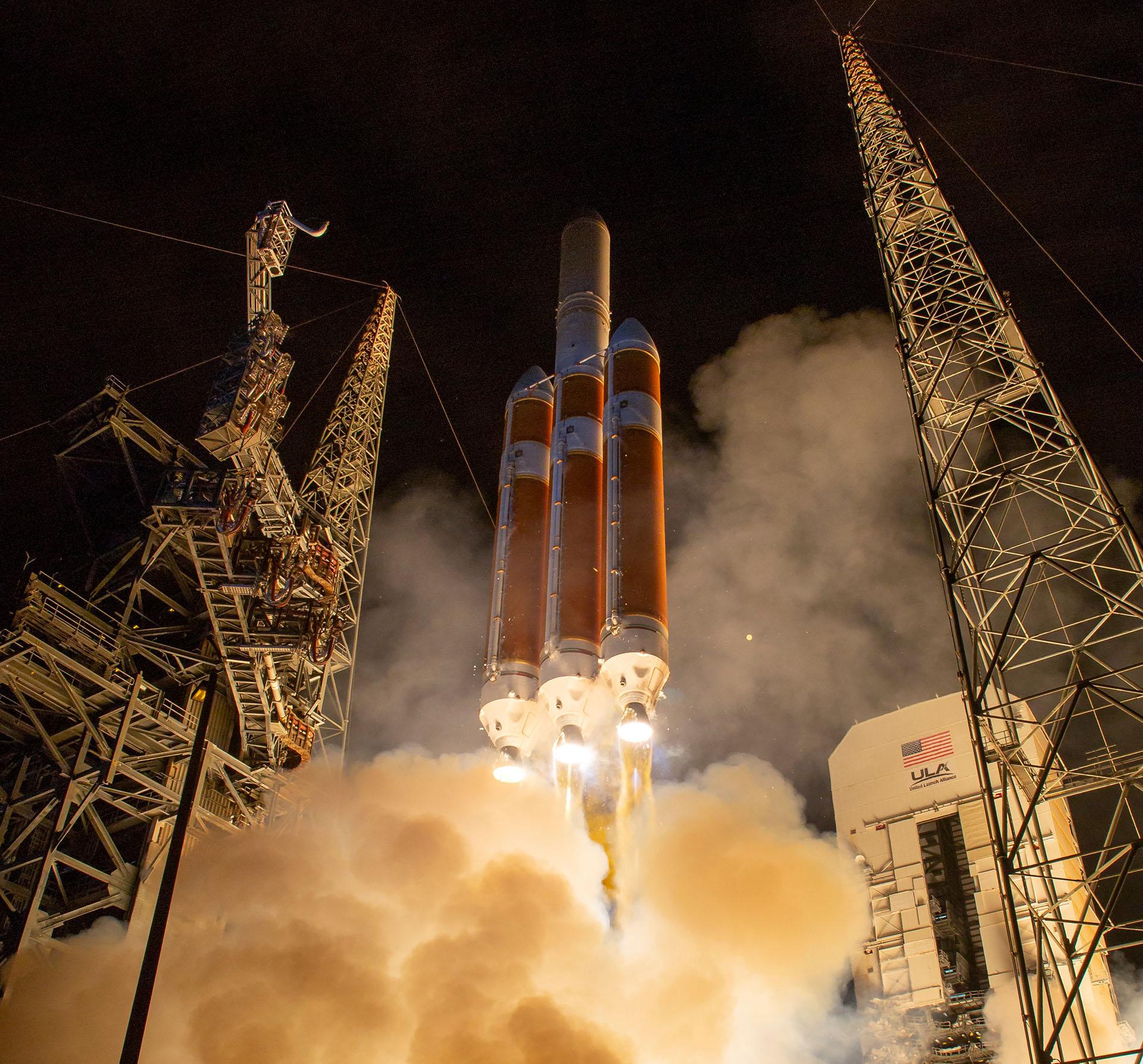 Pocos minutos después del lanzamiento el cohete se desprendió de sus tres propulsores, como estaba programado y prosiguió su avance sin incidencias ya con el segundo motor principal funcionando correctamente tras un proceso de apagado y encendido igualmente previsto