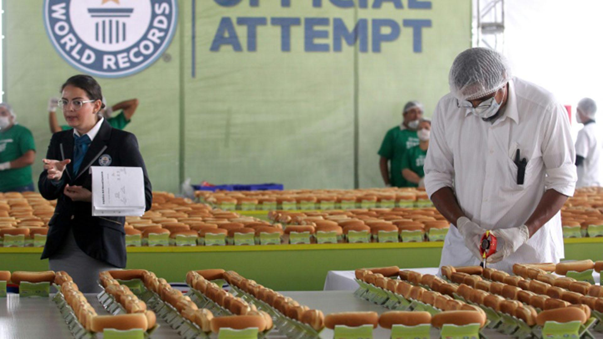 El récord anterior pertenecía desde 2016 a Japón, con una fila de hot-dogs de 325,66 metros de largo