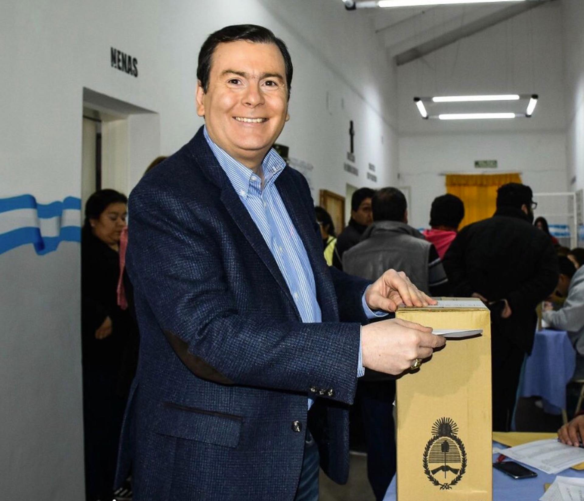 Gobernador Gerardo Zamora emitiendo su voto
