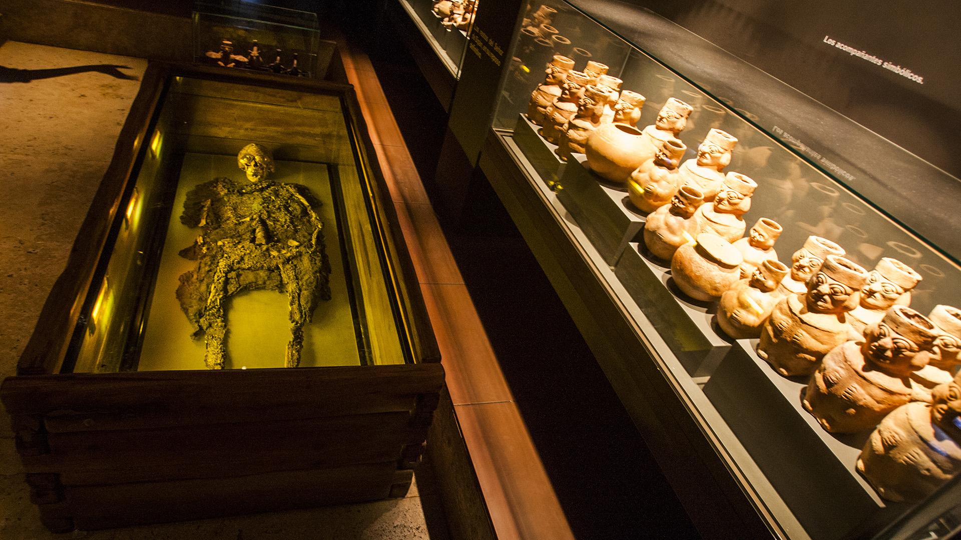 Restos del Señor de Sipán y cerámica de la cultura Moche, Museo Tumbas Reales de Sipán