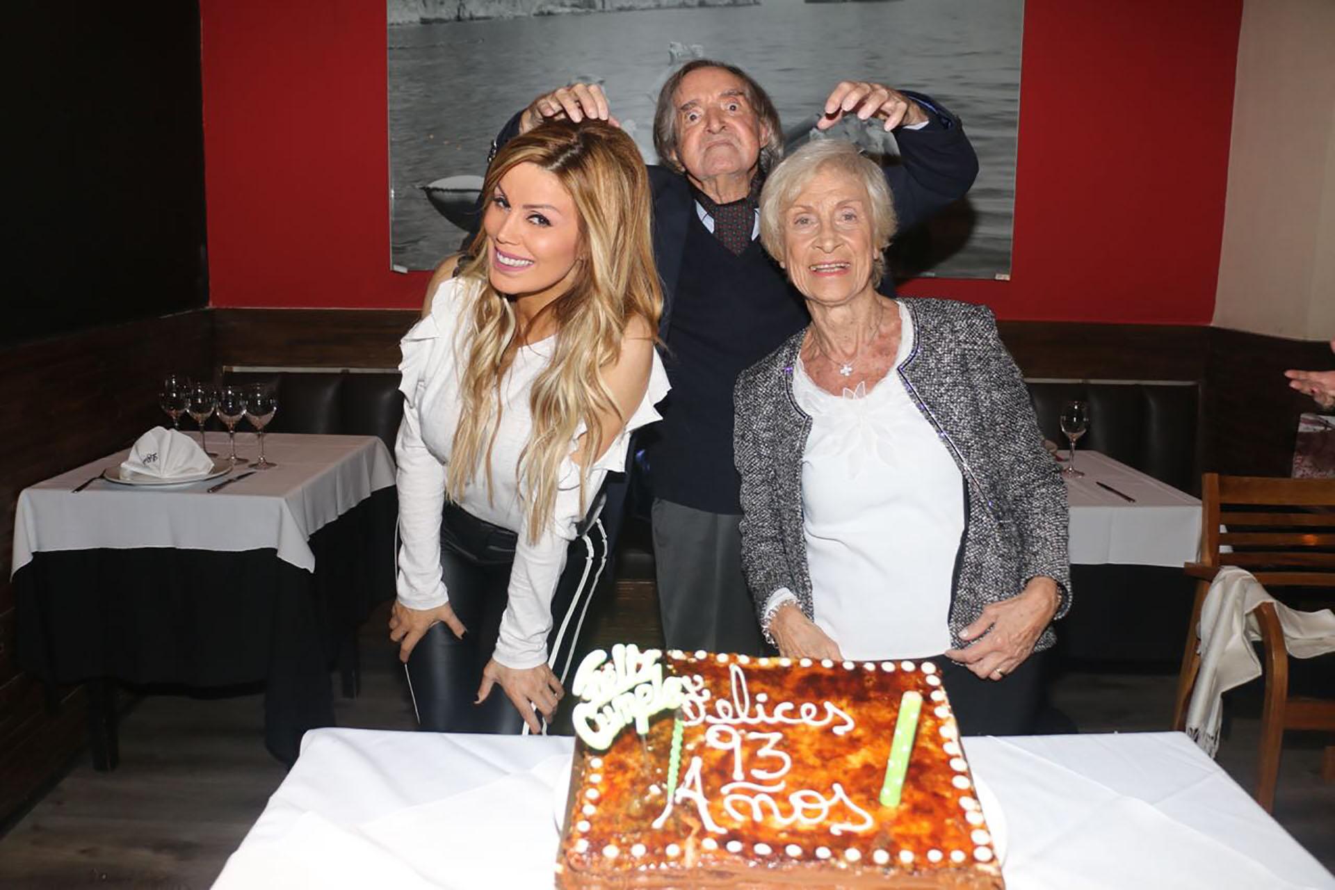 Carlitos Balá festejó su cumpleaños número 93 acompañado por su familia y sus amigos. En la foto, el ídolo infantil posa junto con Panam y su mujer Martha (Verónica Guerman / Teleshow)