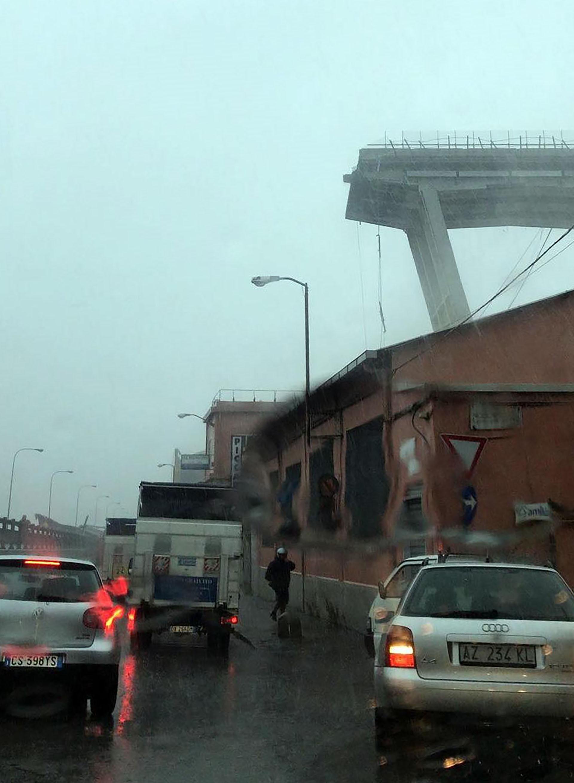 Varios miembros de los equipos de rescate trabajan en el lugar donde se desplomó un viaducto sobre la autopista A10 en Génova(EFE)