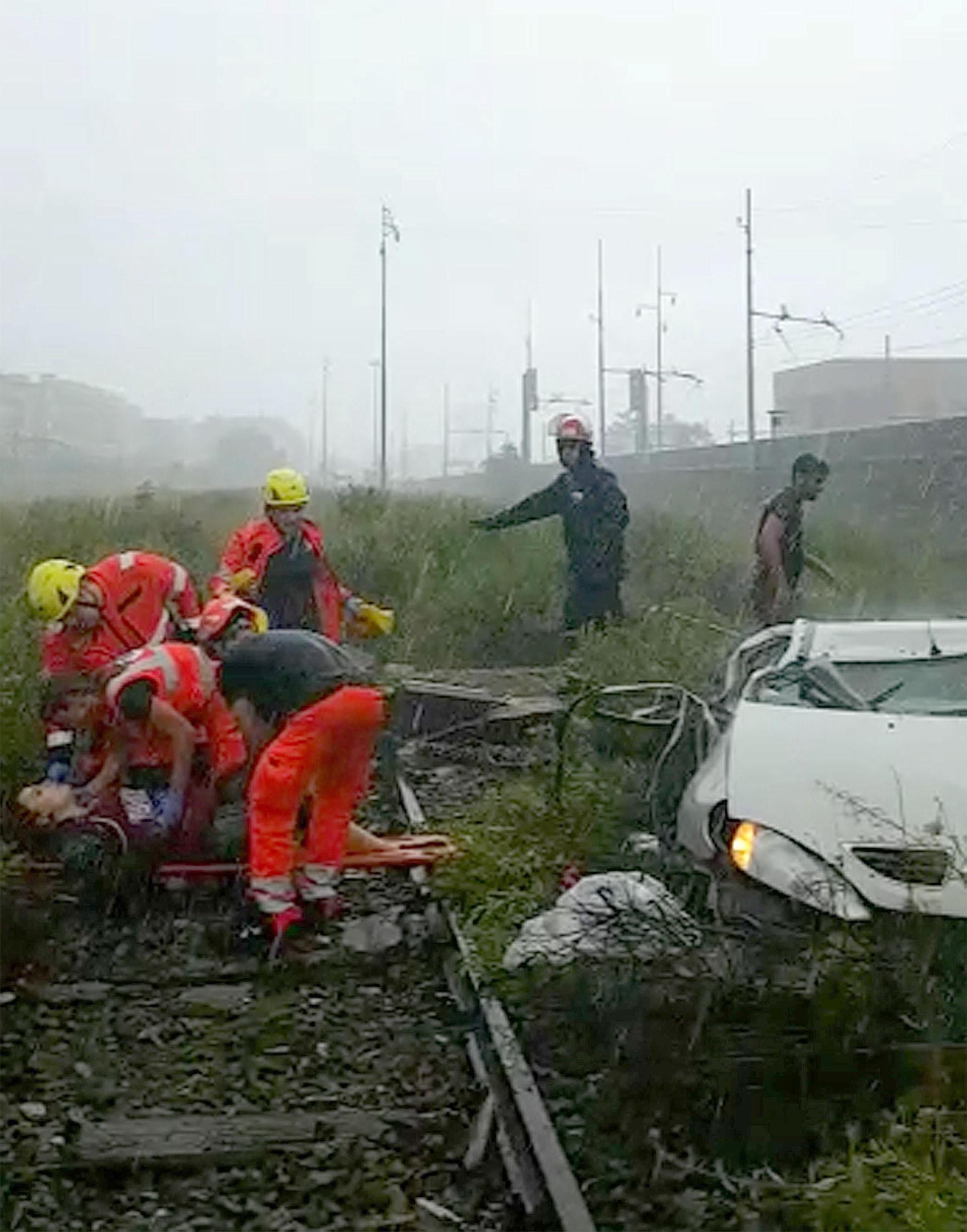 Varios miembros de los equipos de rescate atienden a una de las víctimas tras desplomarse un viaducto sobre la autopista A10(EFE)