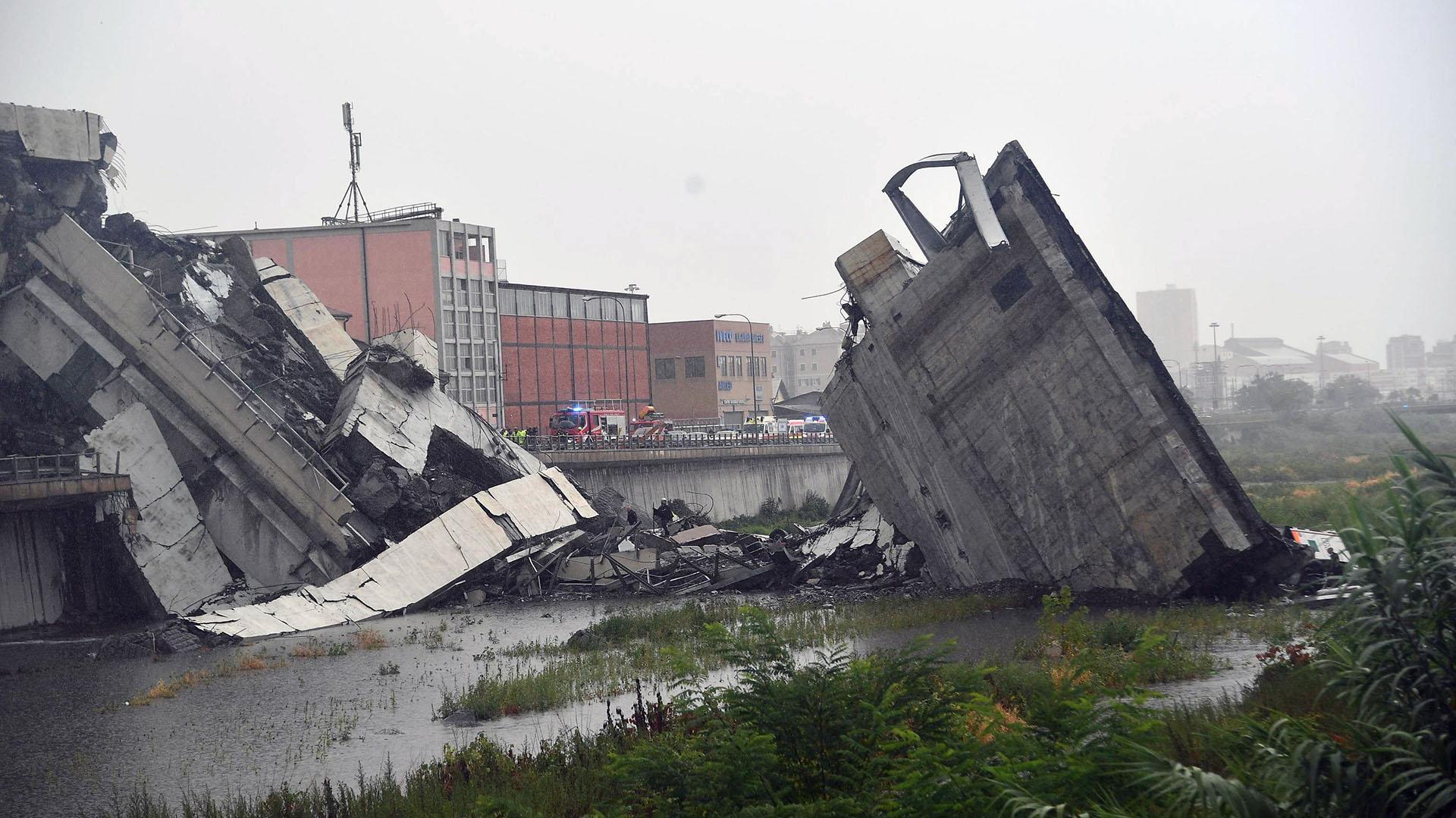 Vista de la sección del viaducto sobre la autopista A10 que se desplomó en Génova (EFE)