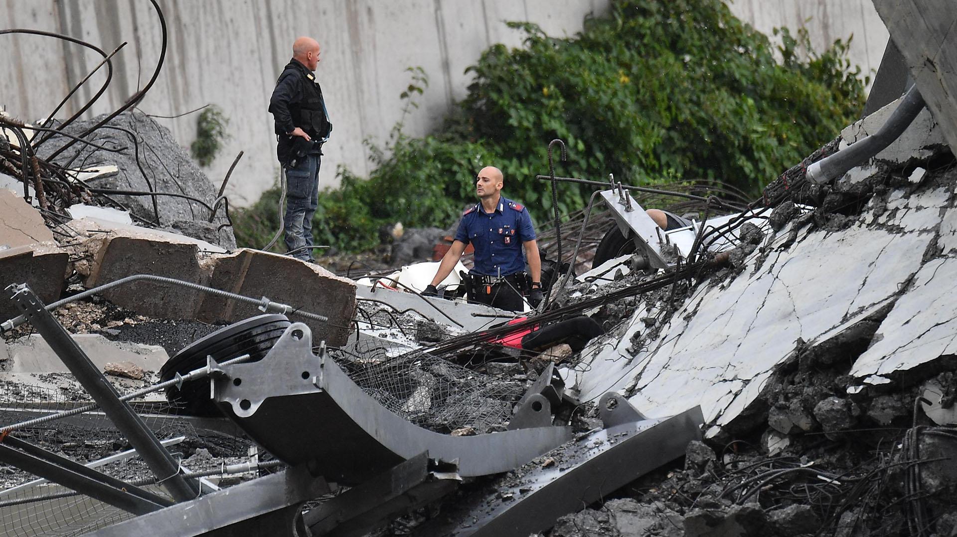 Bomberos y policías llegaron rápidamente para asistir a las víctimas (AP)