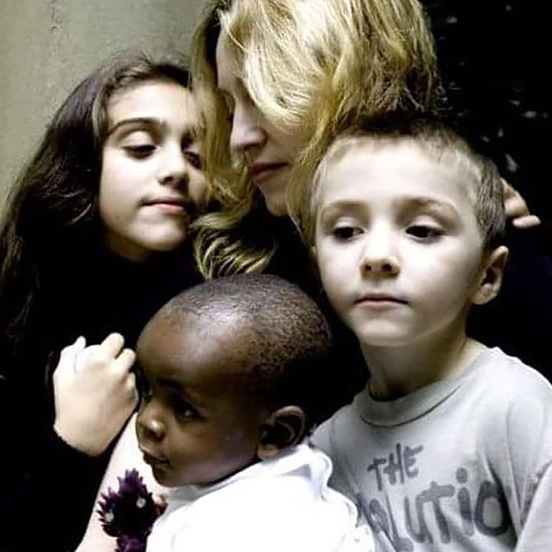Madonna adoptó con 13 meses a David Banda. Hoy a sus 11 años juega al fútbol en las divisiones inferiores del club Benfica de Portugal, país al que se mudó la artista por la carrera de su hijo