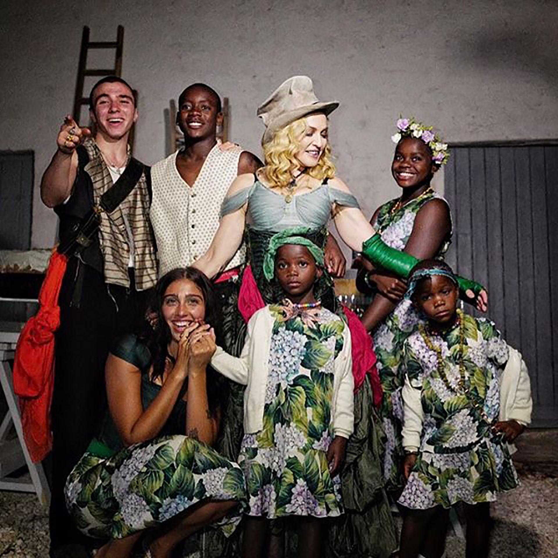 Postal familiar completa, Madonna rodeada de sus seis hijos