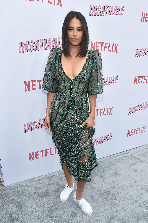 Chloe Bridges apostó al verde oscuro con transparencias aunque le quitó el estilo formal luciendo zapatillas blancas