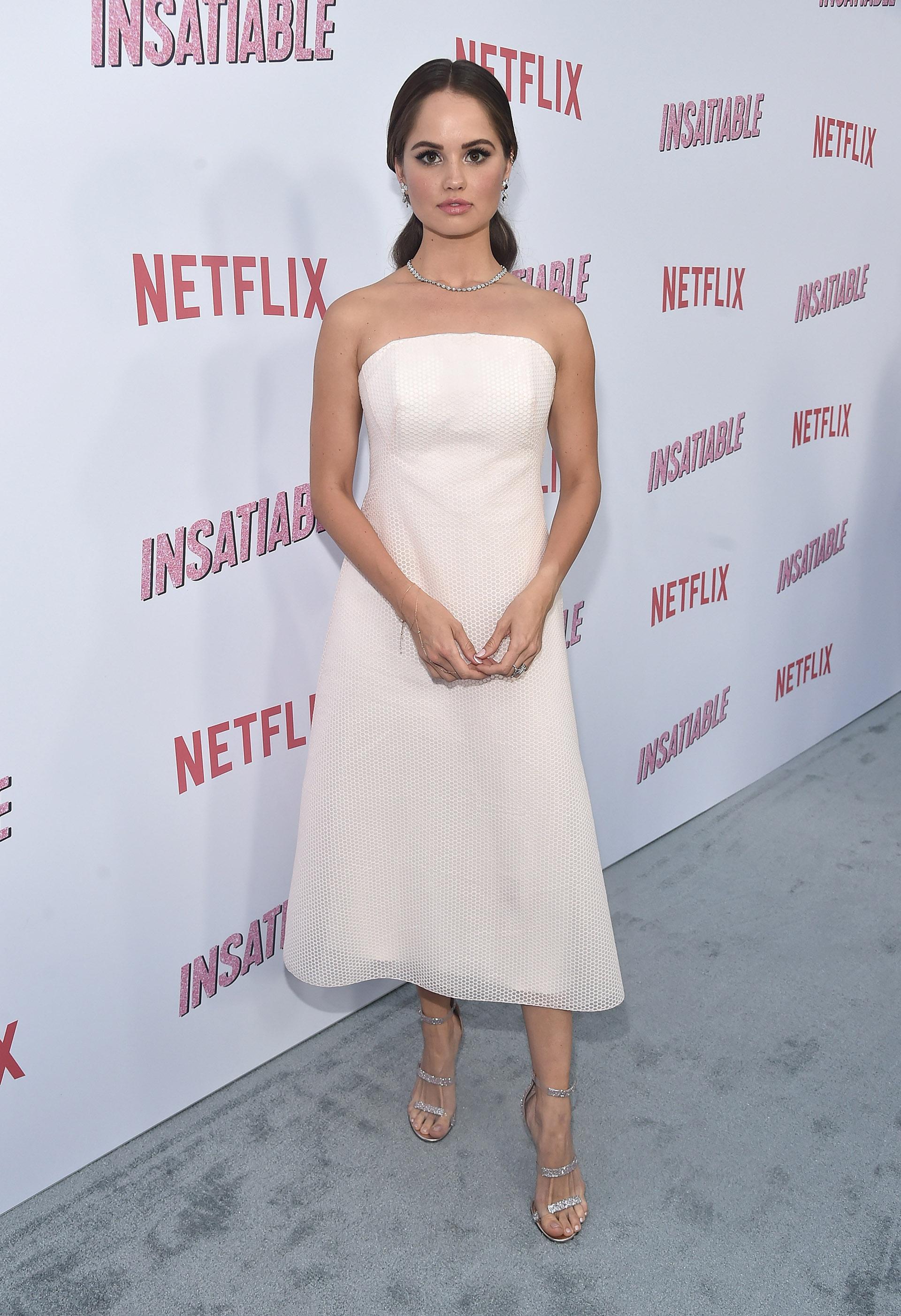 Debby Ryan se decantó por un vestido strapless de color natural