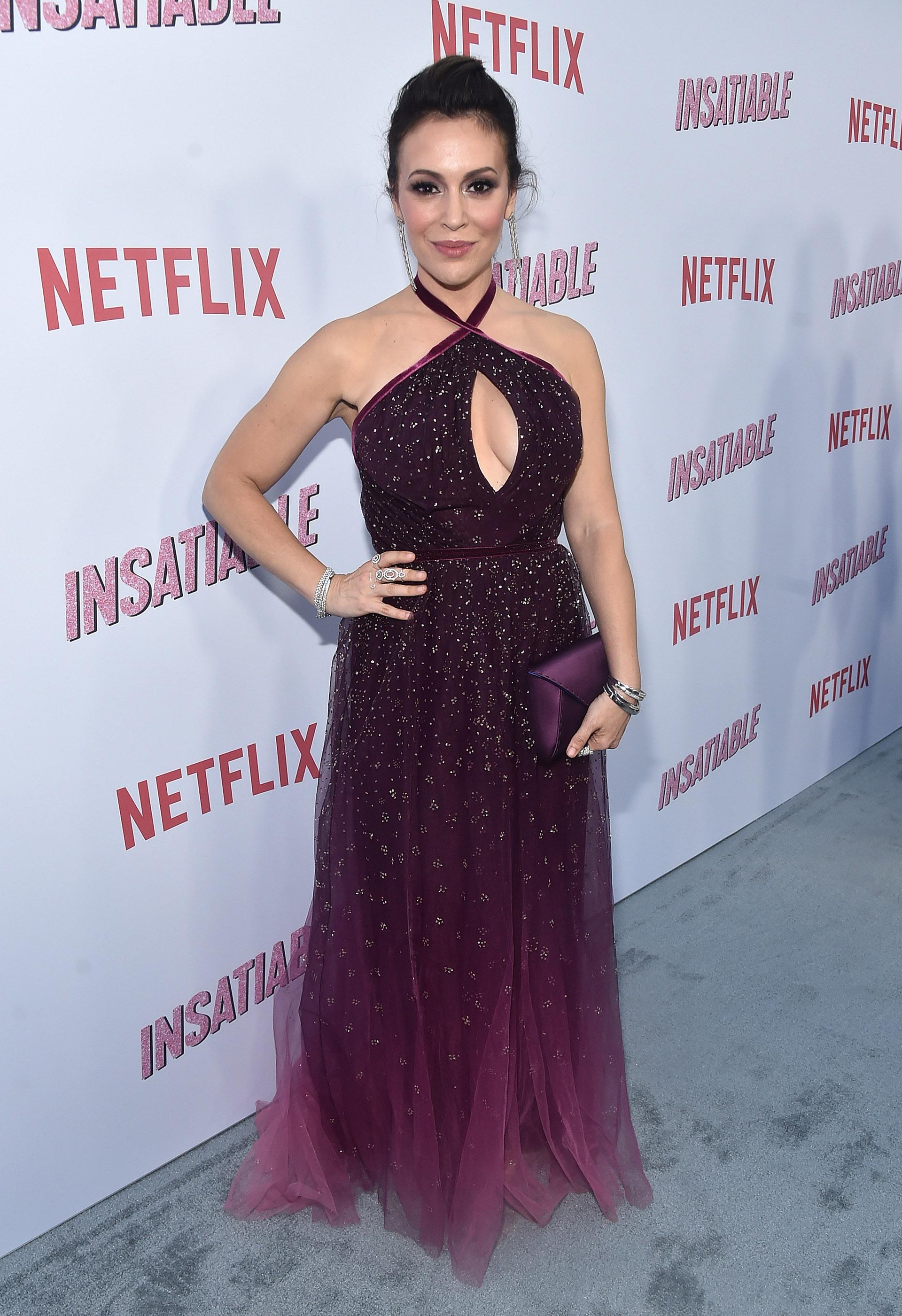 """Alyssa Milano a su llegada a la red carpet de """"Insatiable"""", en Hollywood, con un vestido violeta de tul y detalles plata"""