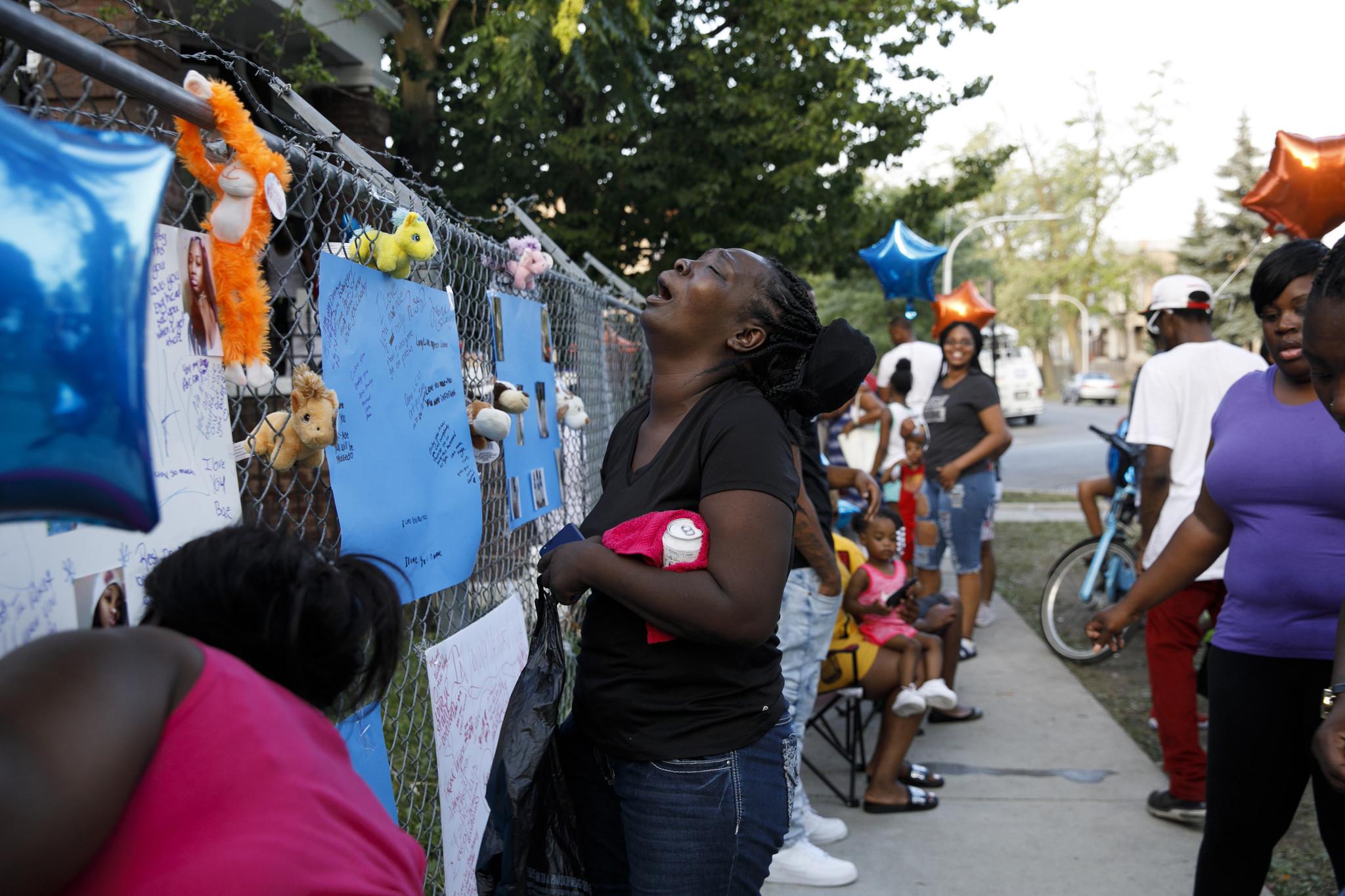 Familiares y conocidos lloran la muerte de Jahnae Patterson de 17 años. (Chicago Tribune)